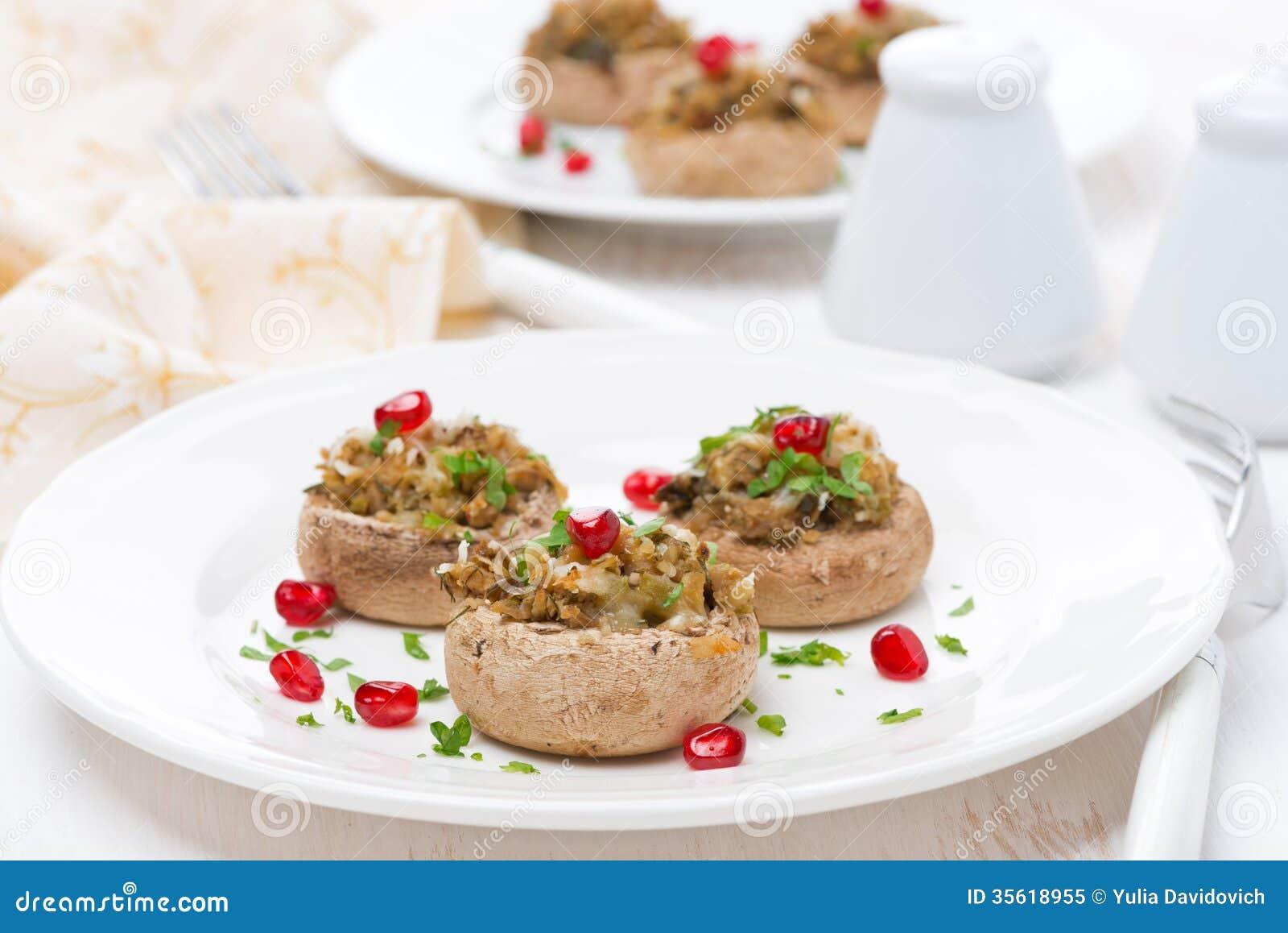 Voorgerecht - gevulde paddestoelen met kruiden en granaatappelzaden