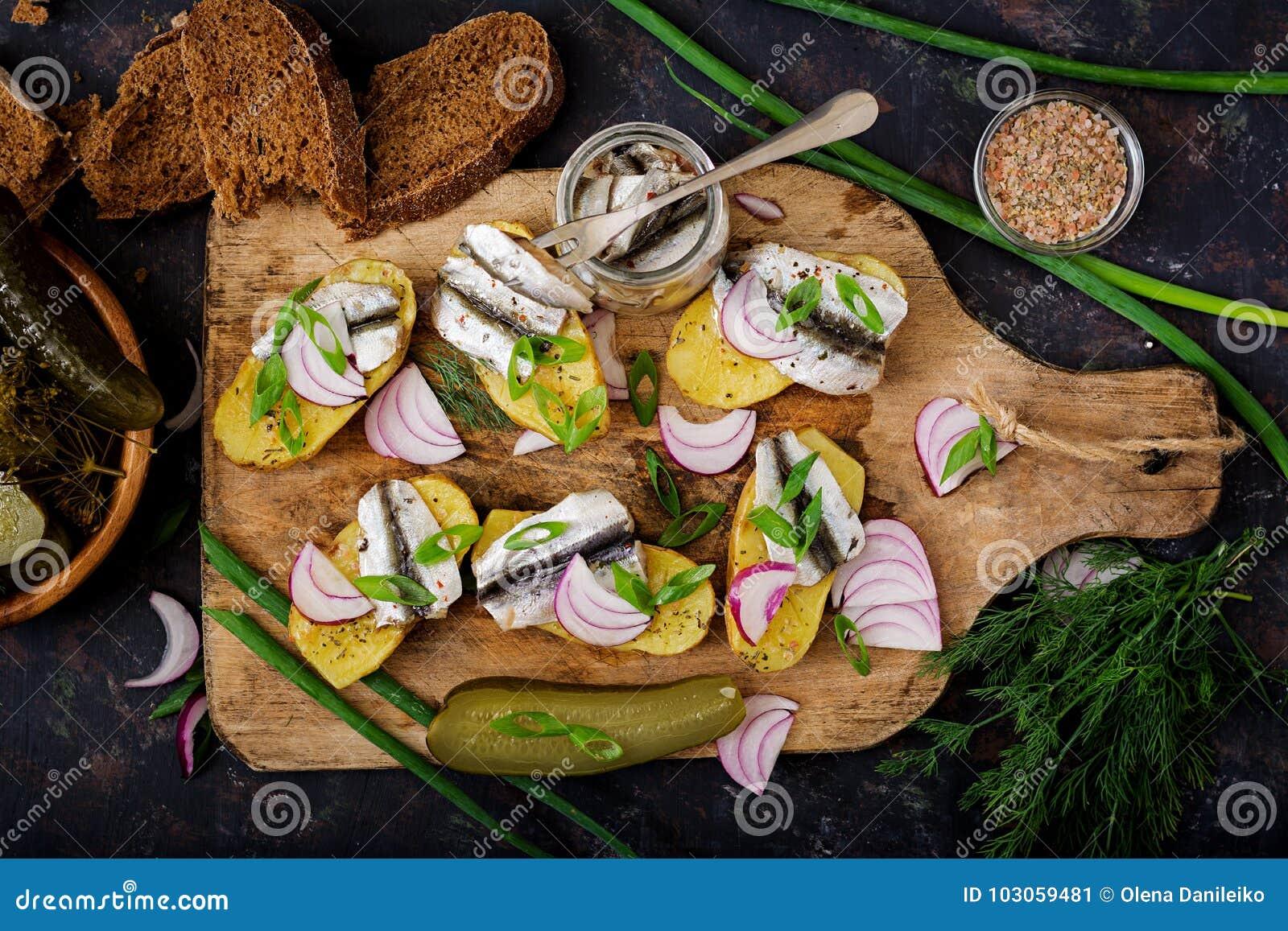 Voorgerecht van haringenansjovis en aardappel in de schil