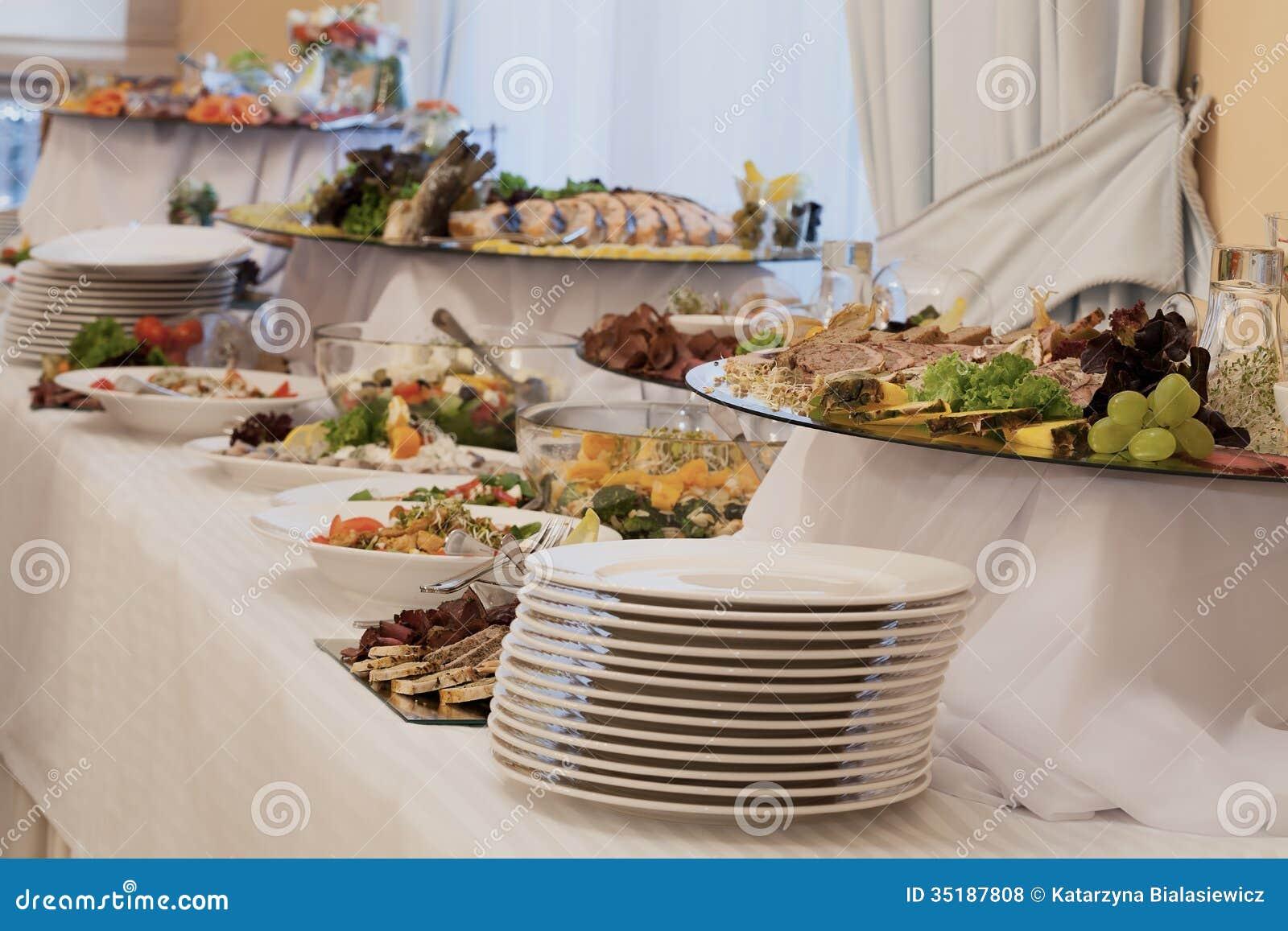 Voorgerechten en salades op buffet stock foto afbeelding bestaande