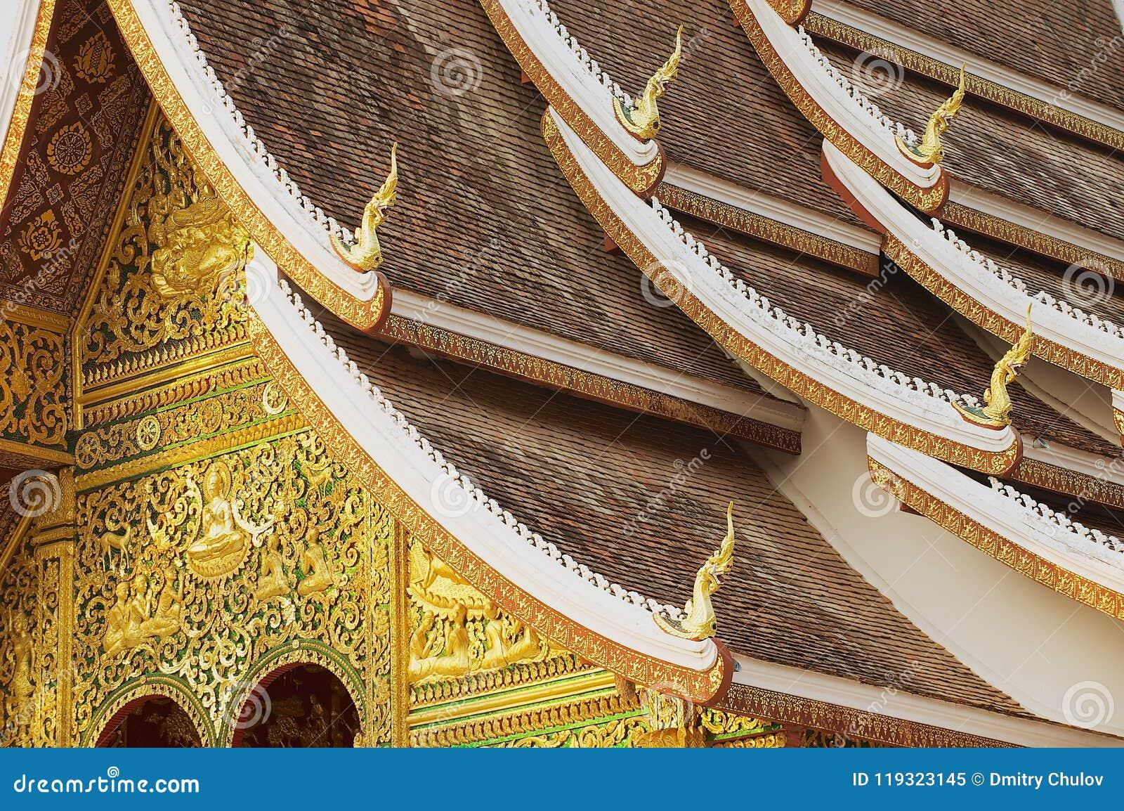 Voorgevel en dakdecoratie van de de Klap Boeddhistische tempel van Hagedoornpha bij het Royal Palace-Museum in Luang Prabang, Lao