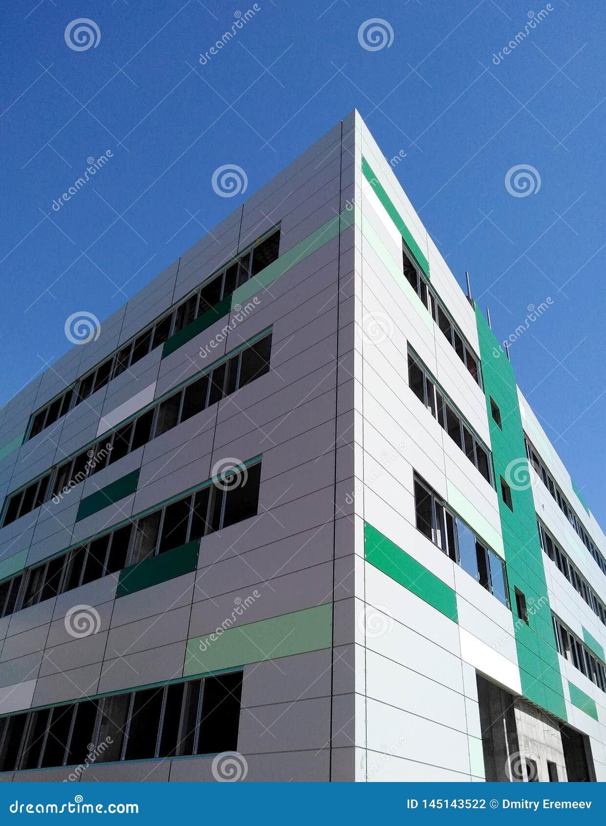 Voorgevel van een nieuwe stad die in aanbouw zonder Vensters bouwen die, met panelen wordt gebeëindigd