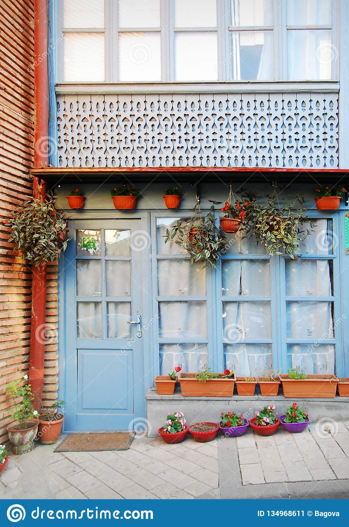 Voorgevel van het huis in de Oude Stad in Tbilisi