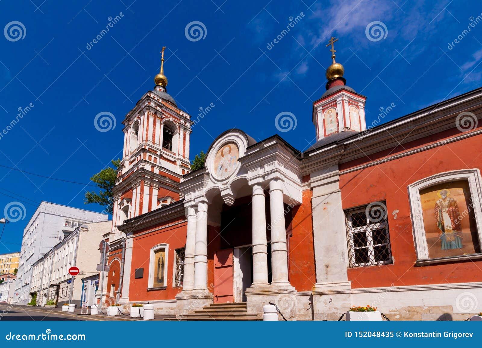 Voorgevel van Oude rode baksteenkerk belltower