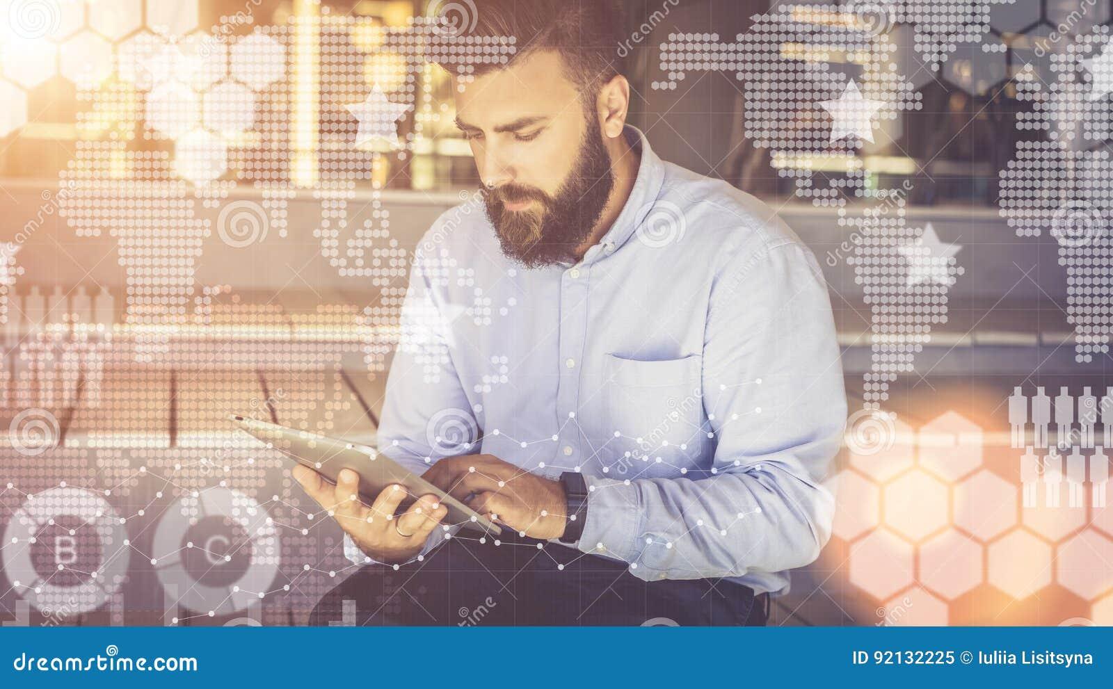 In voorgrond zijn virtuele grafieken, diagrammen, grafieken Hipstermens blogging, het babbelen, die online leren Online op de mar