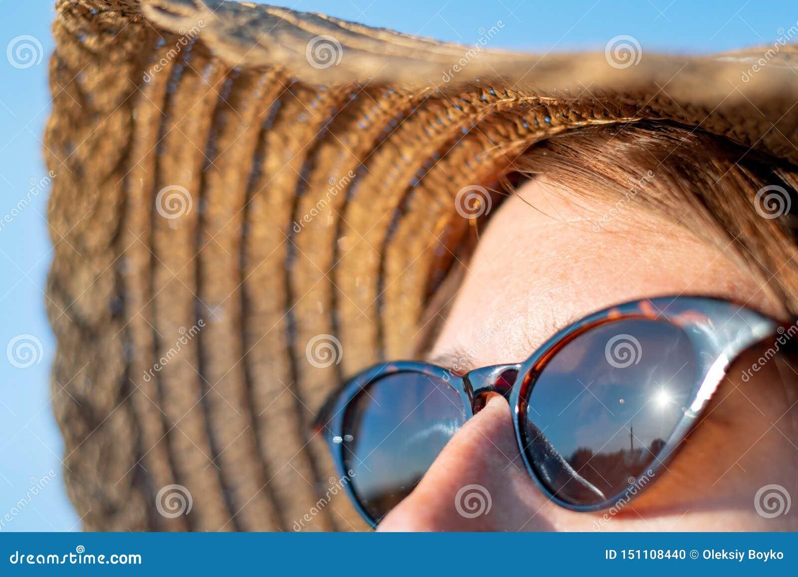 Voorhoofd van een vrouw met sproeten in direct zonlicht, close-upmening