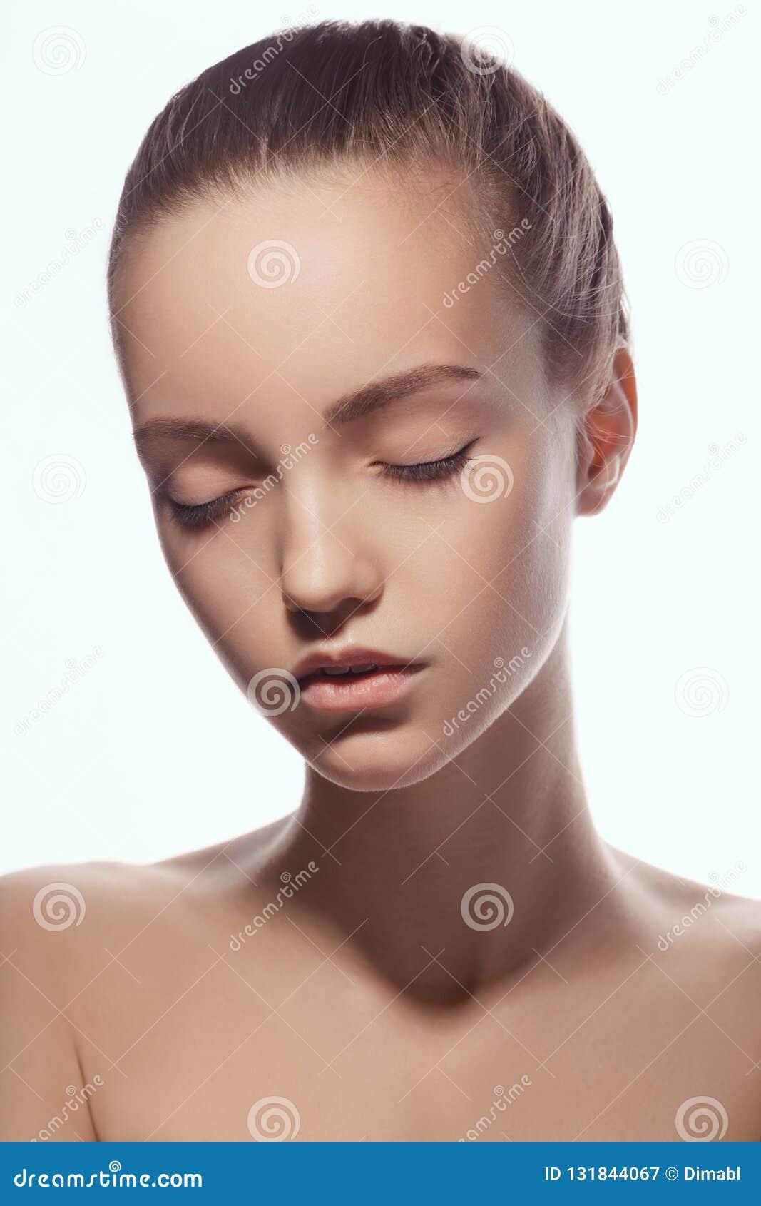 Voorportret van mooi gezicht met mooie gesloten die ogen - op wit worden geïsoleerd