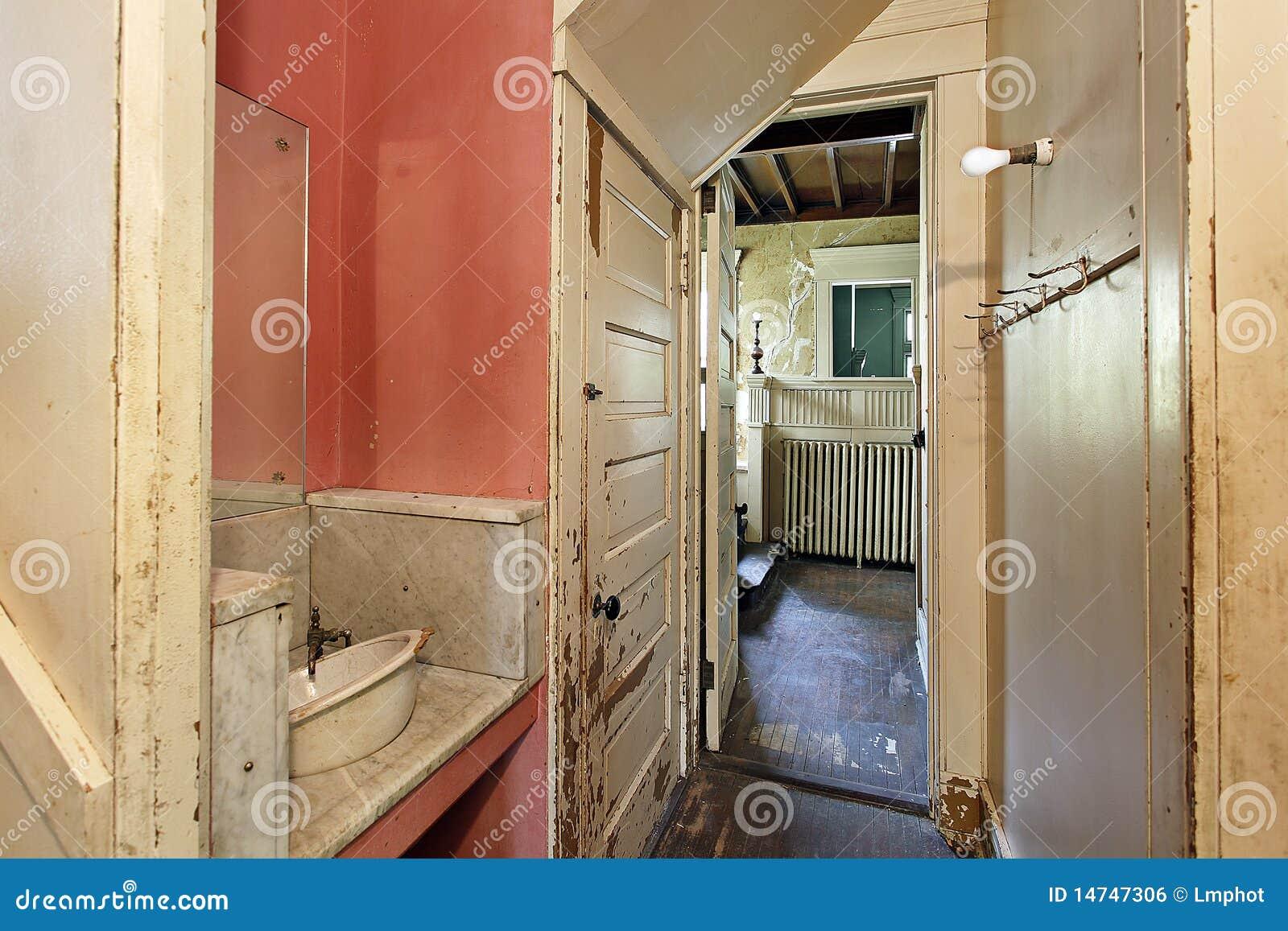 Voorraadkast in oud verlaten huis royalty vrije stock afbeelding afbeelding 14747306 - Oud huis ...