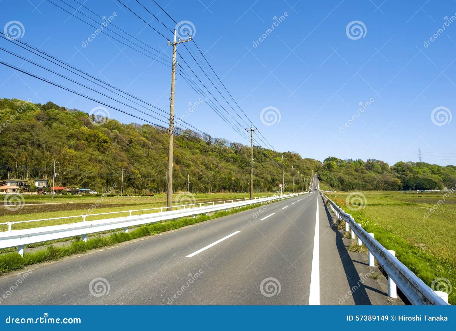 Vooruit bergop rechte rijweg