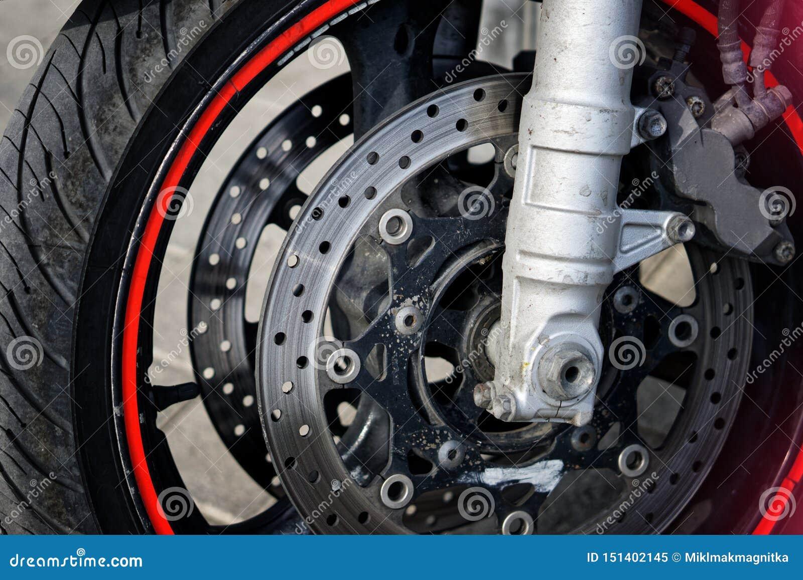 Voorwiel en remmend mechanisme van een fietsermotorfiets Verkeersveiligheid