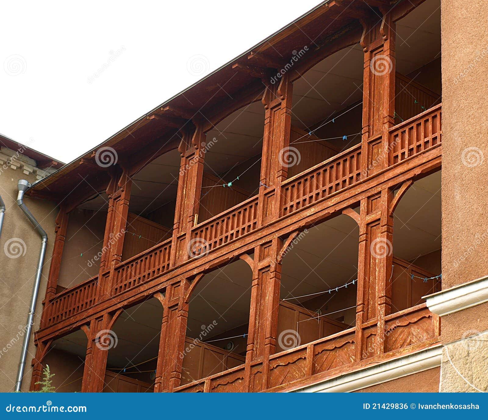 Voorzijde van het gebouw met houten balkons stock foto - Balcones de madera ...
