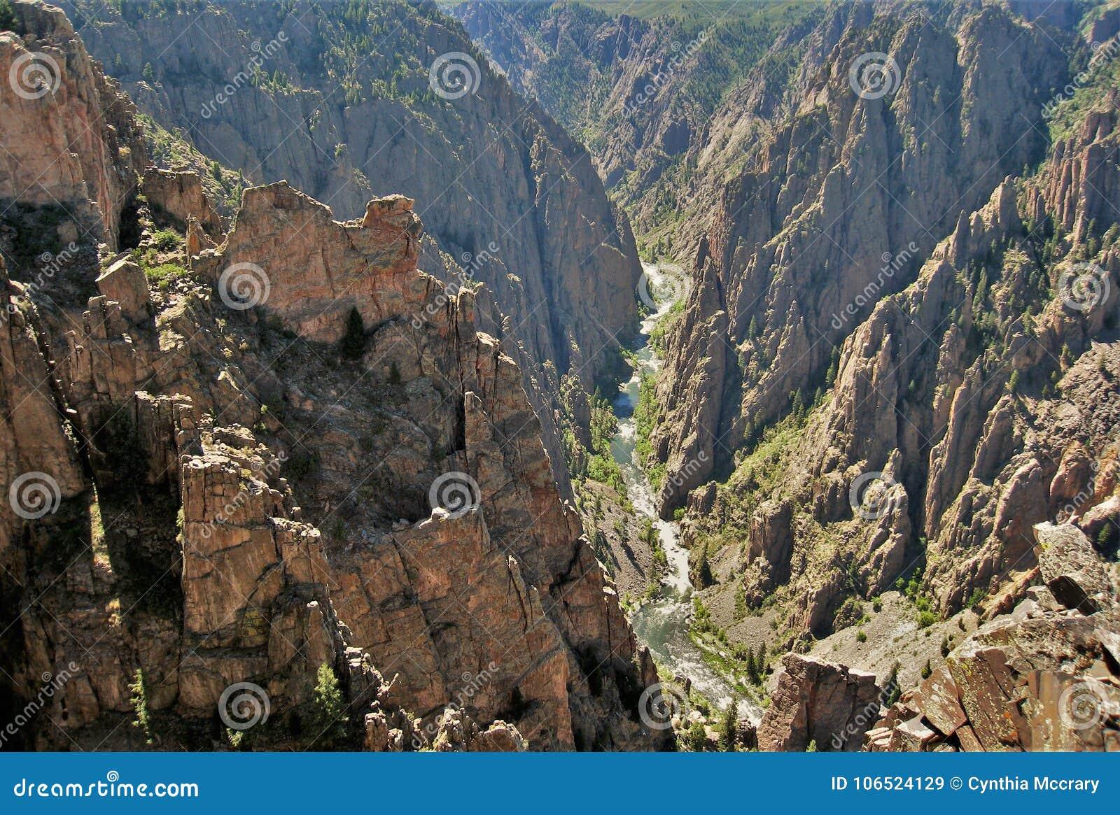 Voragine nera del canyon