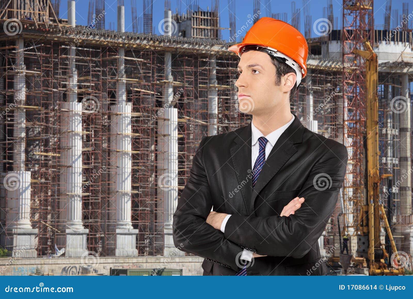 Vorarbeiter, der mit einer Baustelle steht