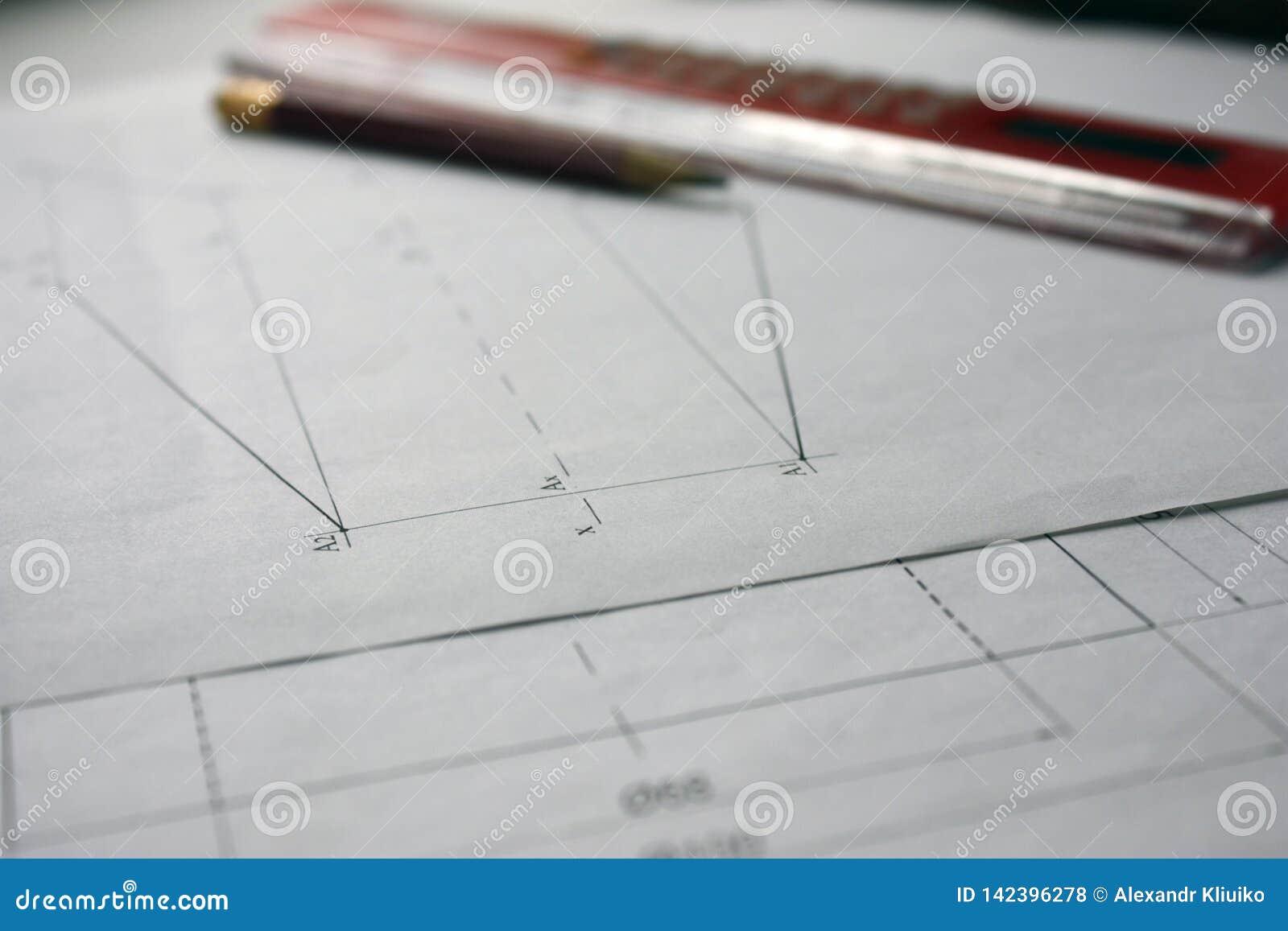 Vorbereitung für Dokumententwürfe, Zeichnungen, Werkzeuge und Diagramme auf dem Tisch