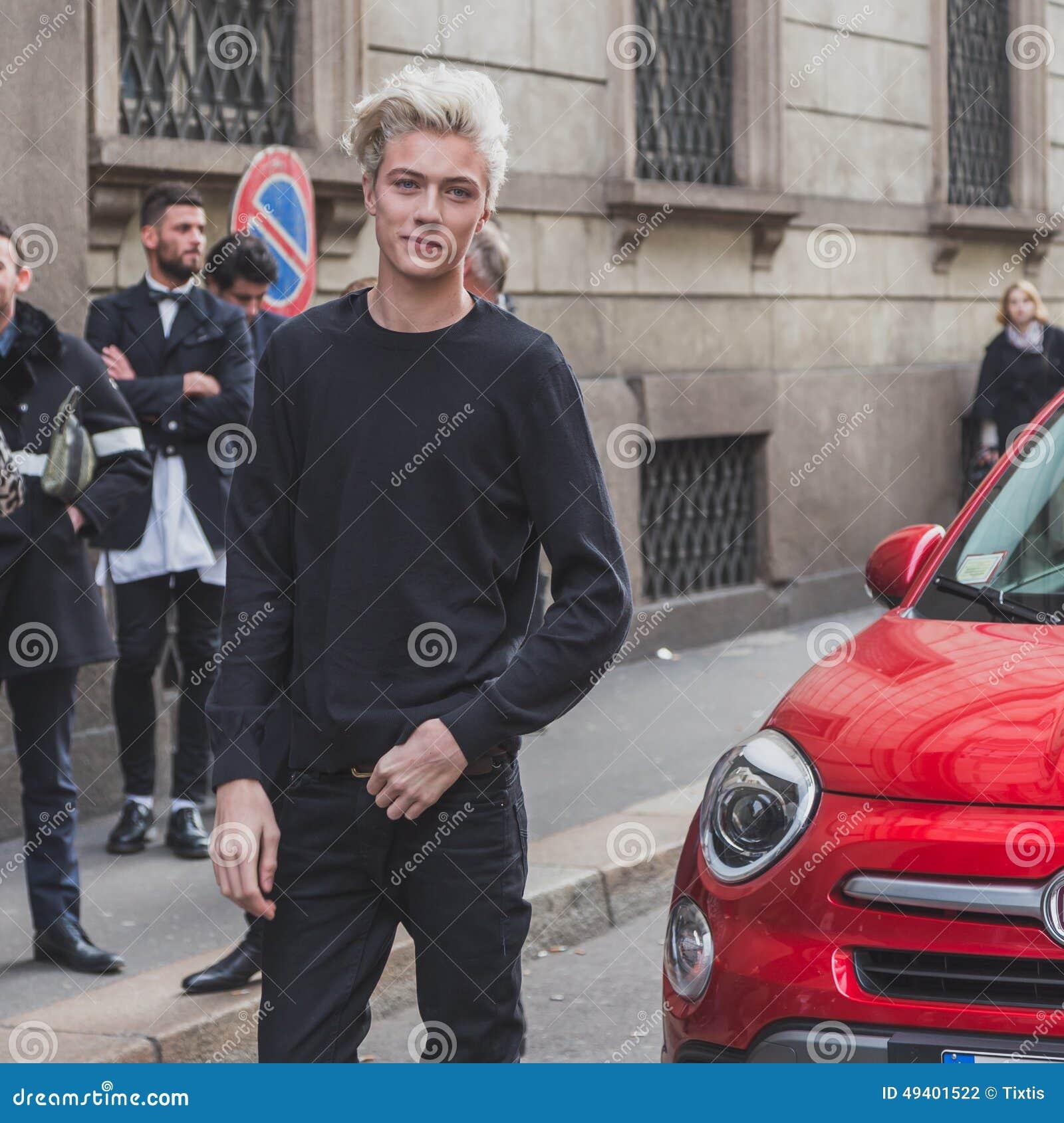 Download Vorbildlicher Lucky Blue Smith Wirft äußeres Cavalli-Modeschaugebäude Für Milan Mens Mode-Woche 2015 Auf Redaktionelles Stockfotografie - Bild von kerl, italien: 49401522