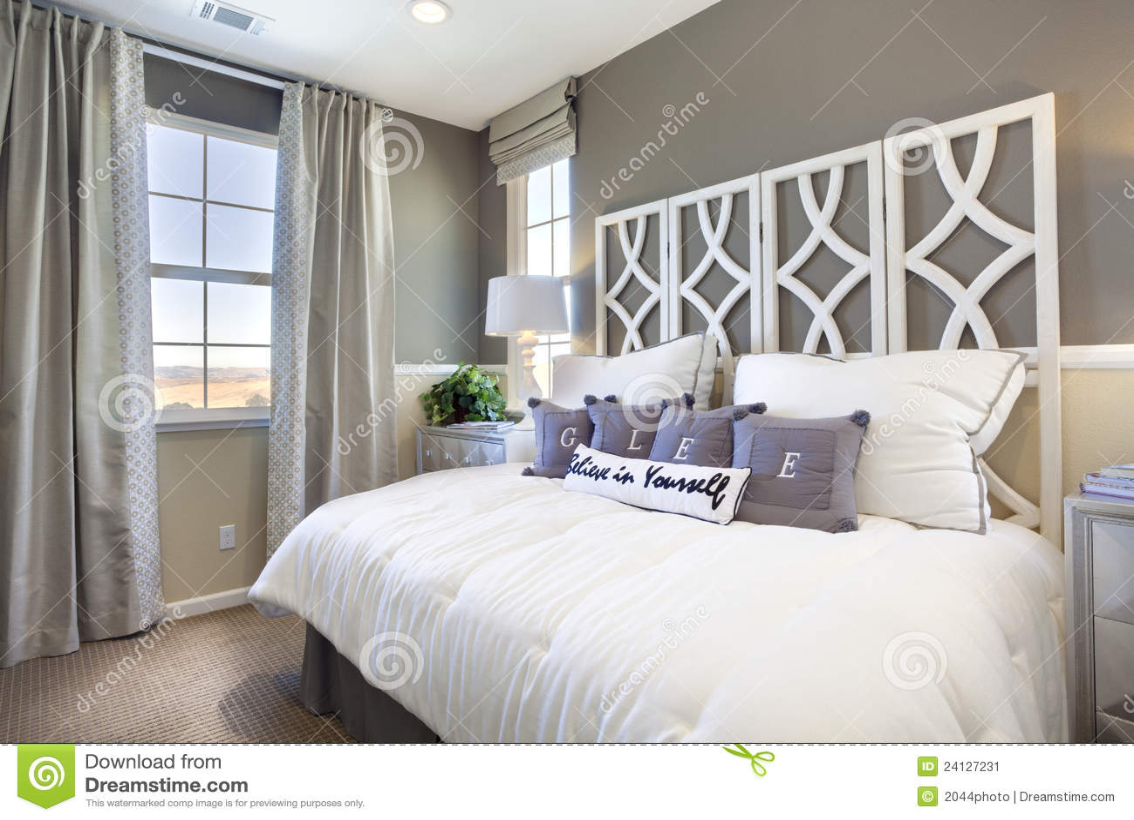 Attraktiv Download Vorbildliches Ausgangsschlafzimmer   Taupe U. Weiß Stockbild    Bild Von Fenster, Bett: