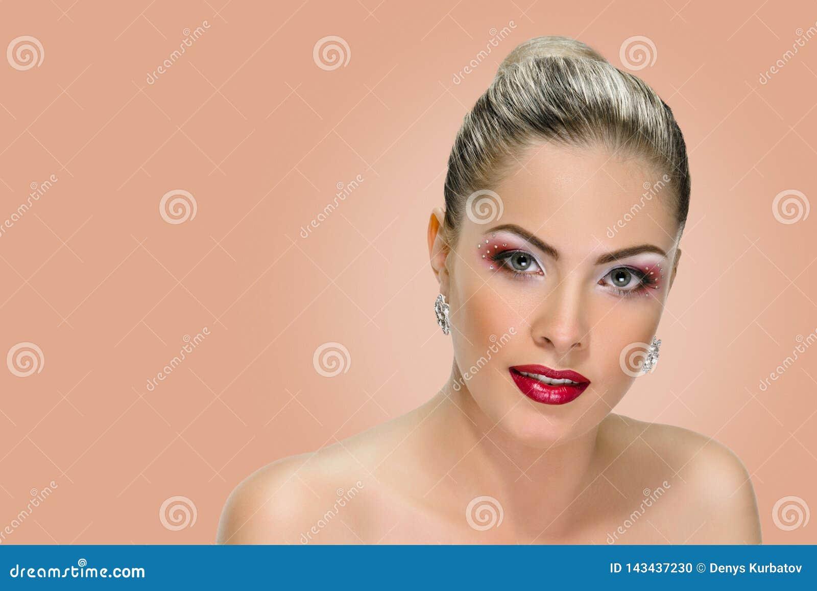 Vorbildliches Gesicht, Lippenmake-up, Ohrring