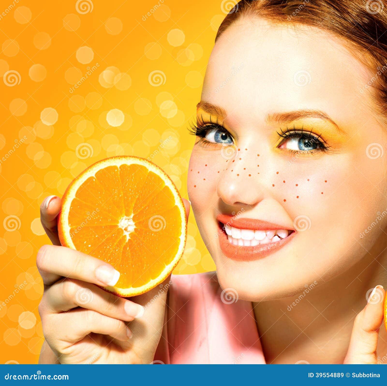 Vorbildliches Mädchen der Schönheit mit saftigen Orangen