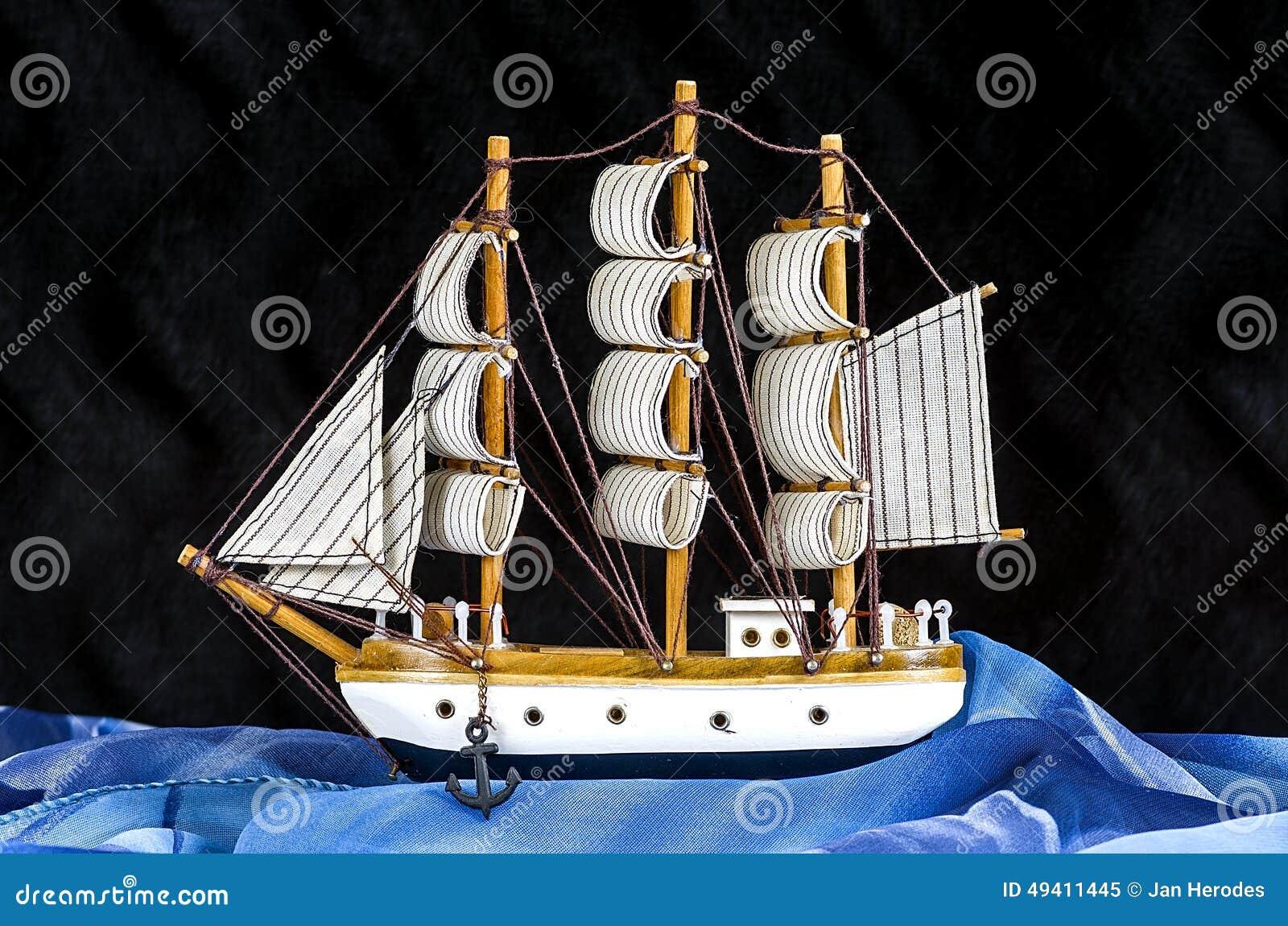 Download Vorbildliches Weißes Segelboot Mit Drei Masten Stockbild - Bild von blau, farbe: 49411445