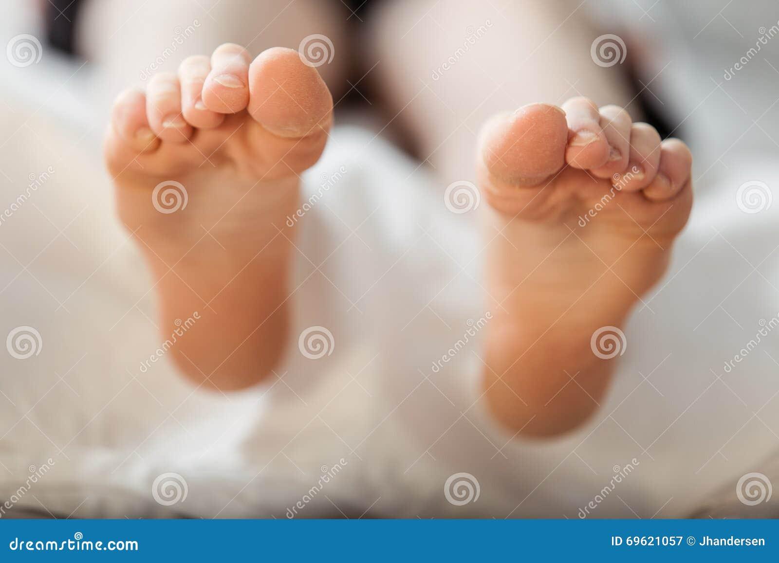 Vorderansicht über Sohlen von bloßen Füßen