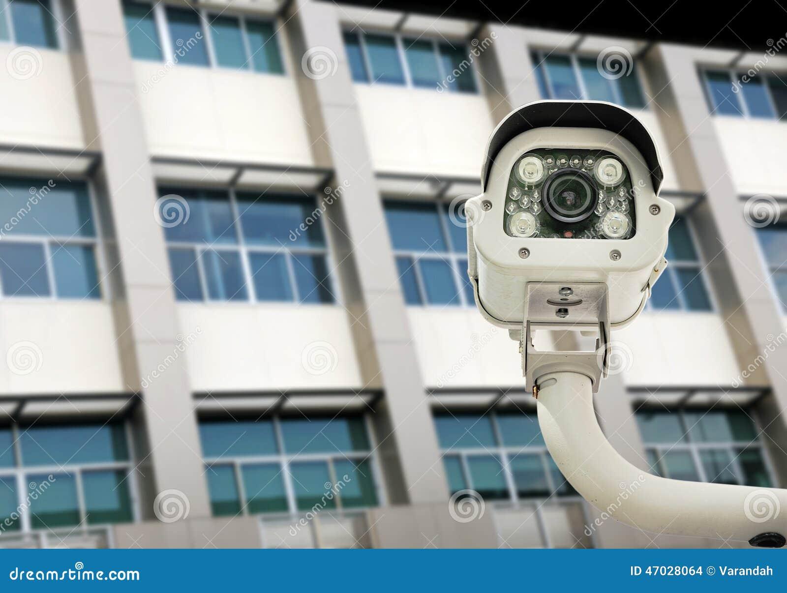 vorderansicht der berwachungskamera gegen geb ude backgr. Black Bedroom Furniture Sets. Home Design Ideas