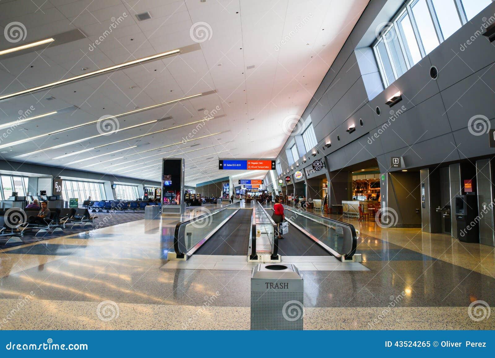 Vorderansicht des beweglichen Gehwegs Flughafens Las Vegass McCarran