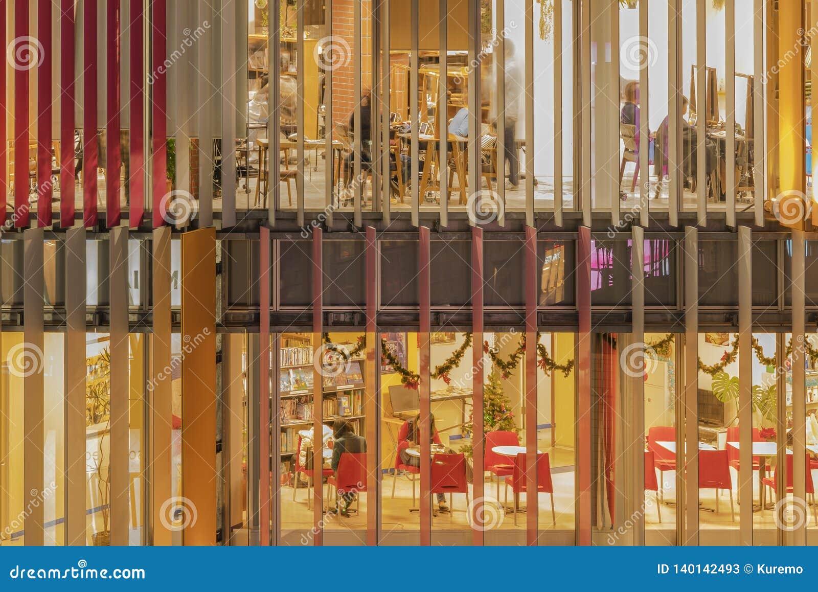 Vorderansicht des Zusammenfassungsentwurfs von Fenstern einer errichtenden Fassade mit farbige Vorhänge ligh-up
