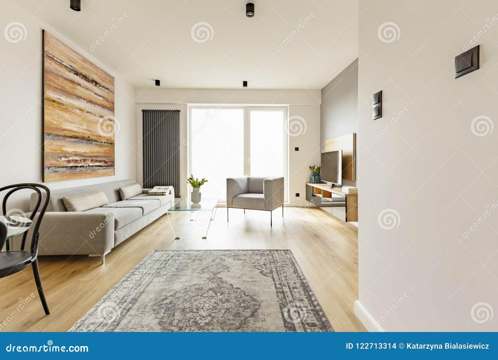 Vorderansicht eines modernen Wohnzimmerinnenraums mit einer Weinlesewolldecke,