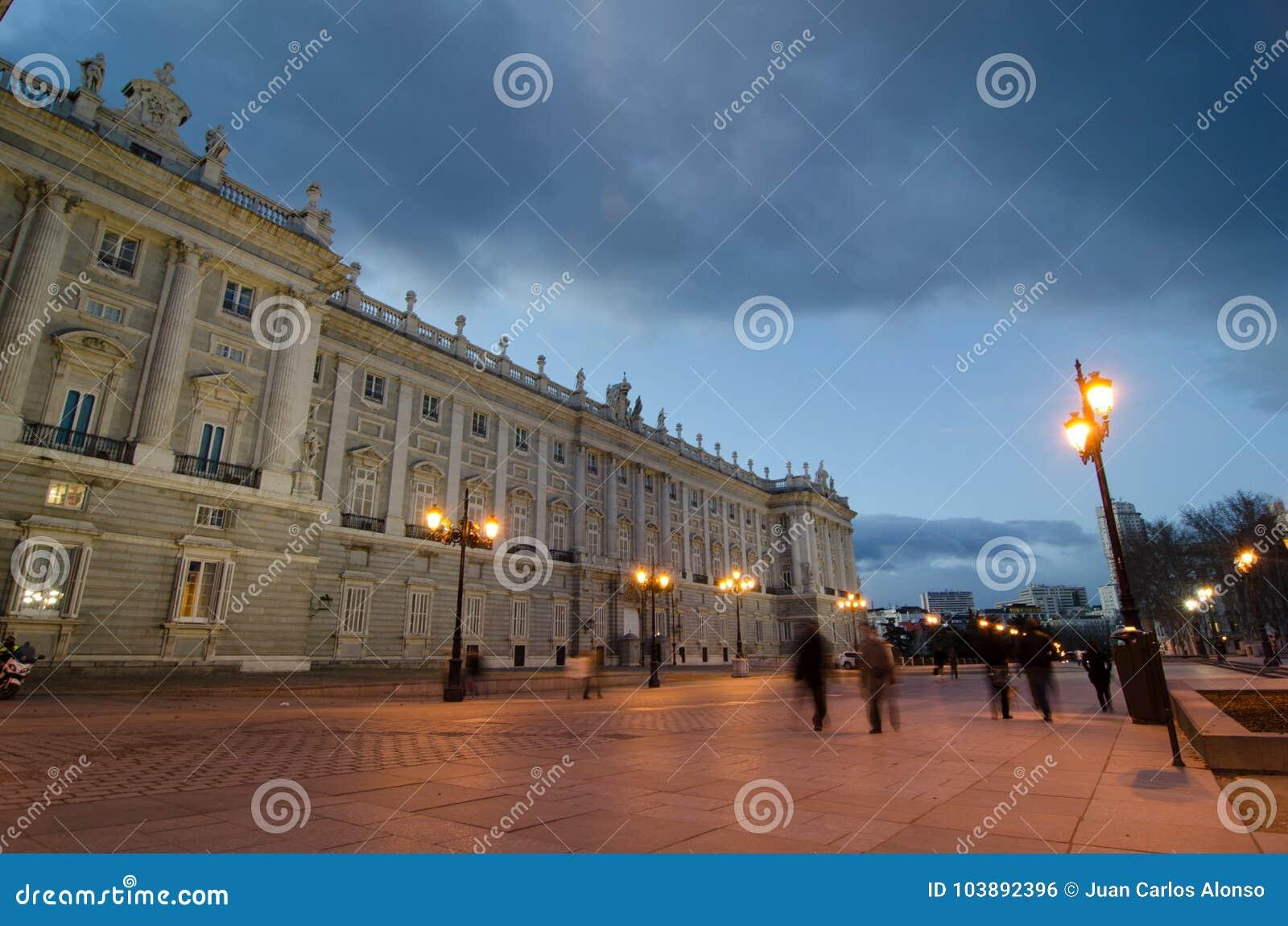 Vorderansicht von königlichem Palacee in Madrid mit dem Gehen einiger Leute