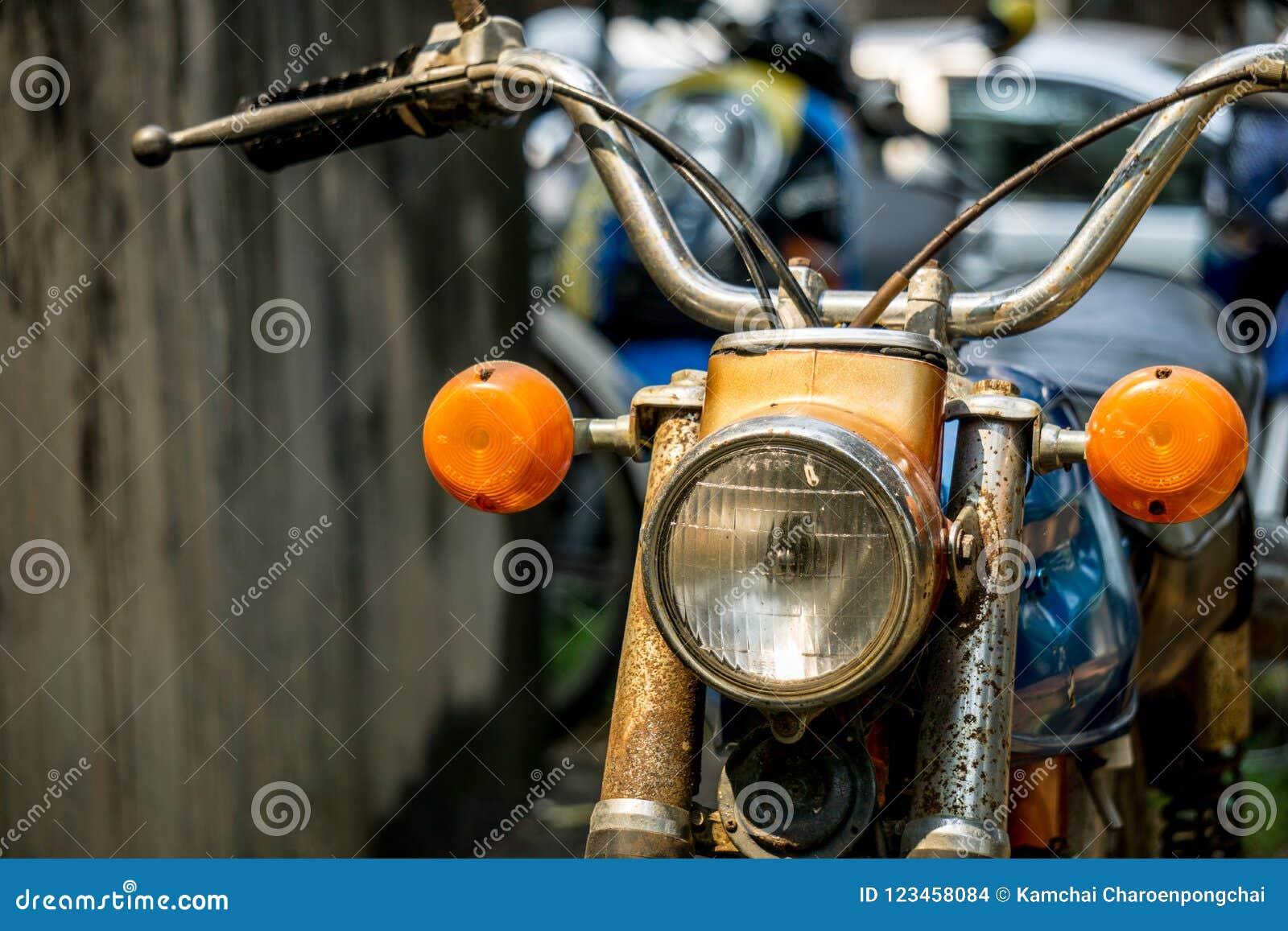 Vorderseite circa des bunten Motorrades des Klassikers mittlere 1960 und Weinlese Hondas von Japan