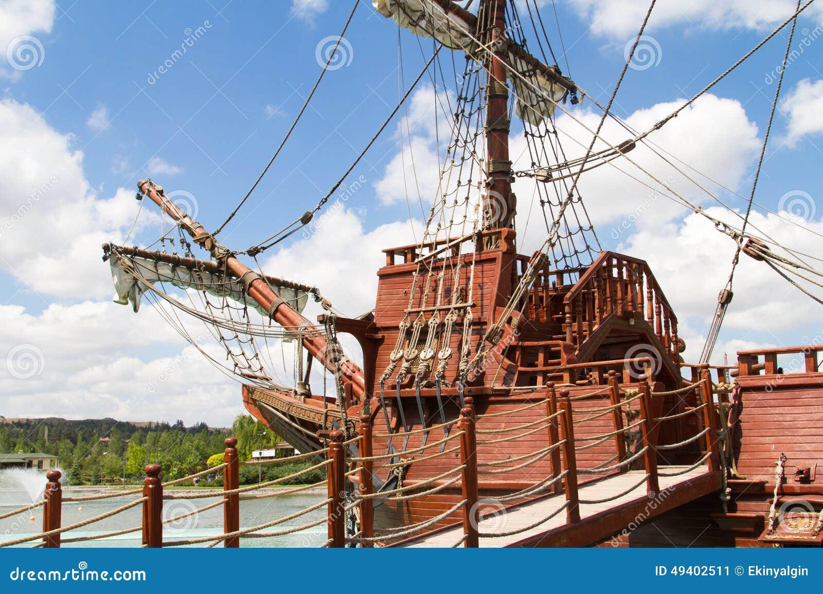 Download Vorderste Reihe Des Piraten-Schiffs Stockbild - Bild von brücke, meer: 49402511