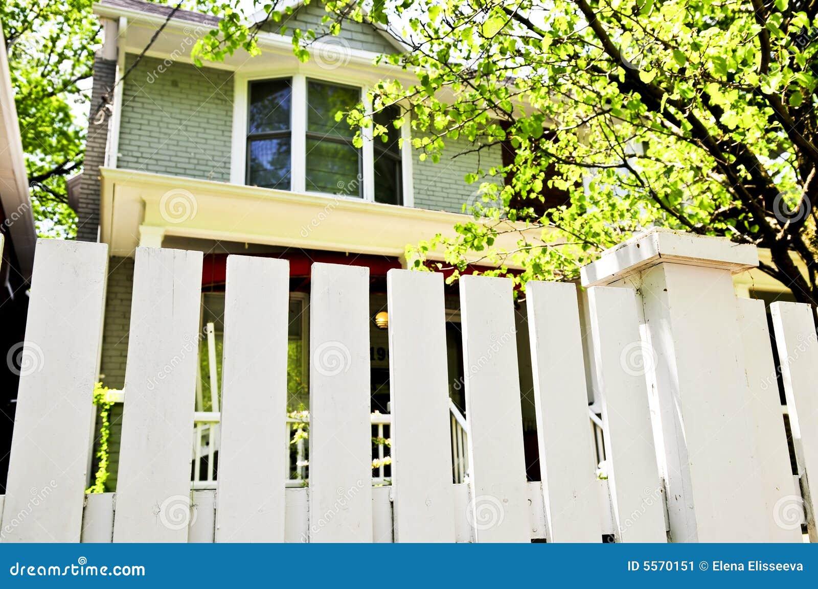vorgarten mit weißem zaun stockbild. bild von bezaubern - 5570151