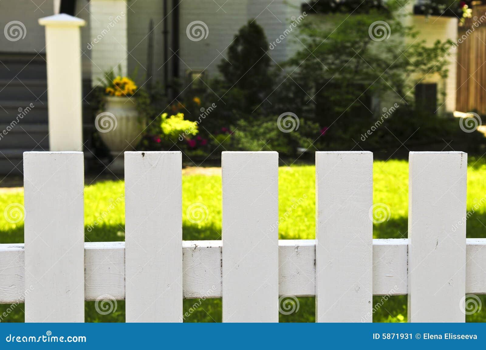 vorgarten mit weißem zaun stockbild. bild von gemalt, nachbarschaft