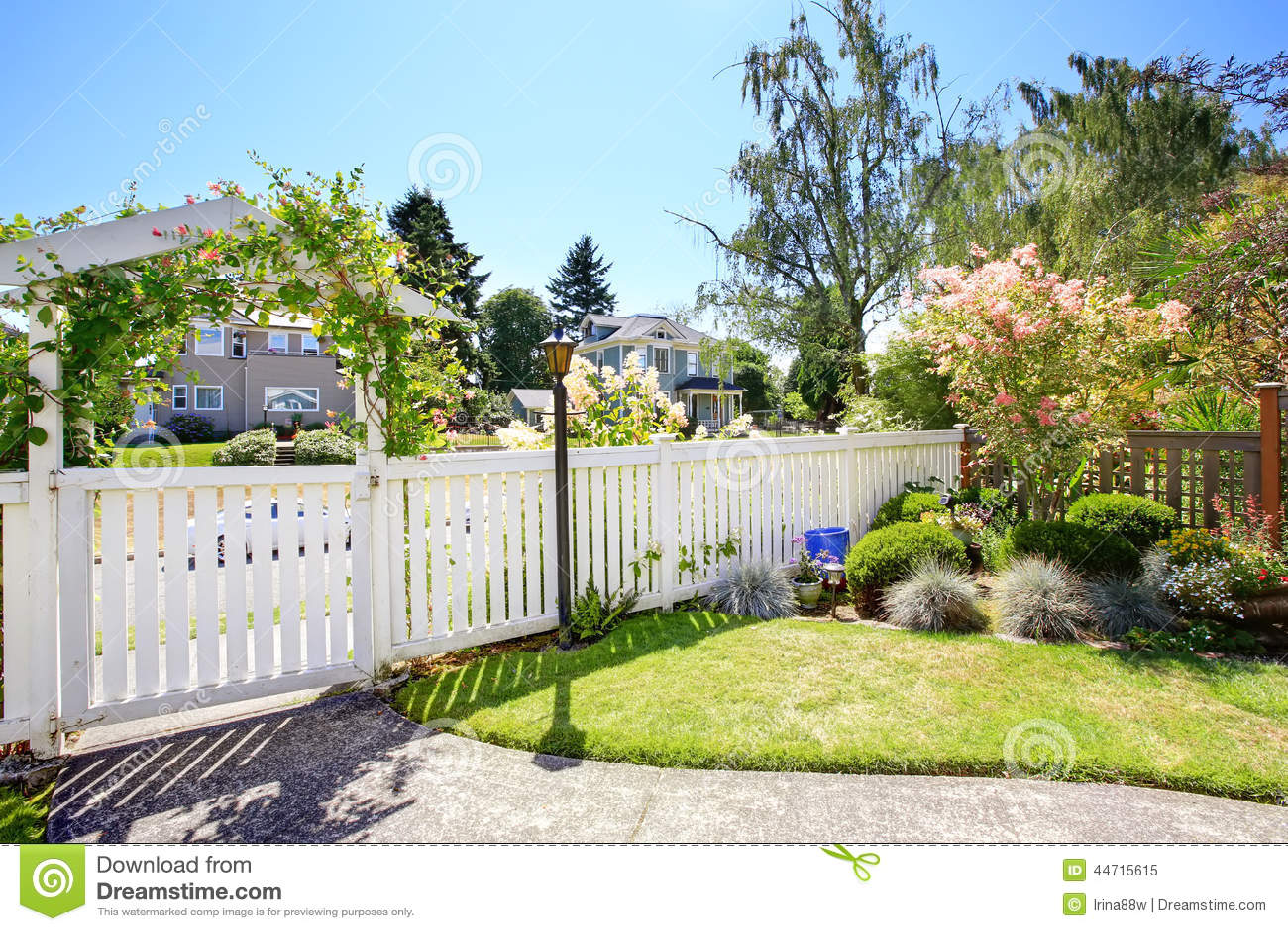 vorgarten mit weißem zaun und landschaft stockbild - bild von