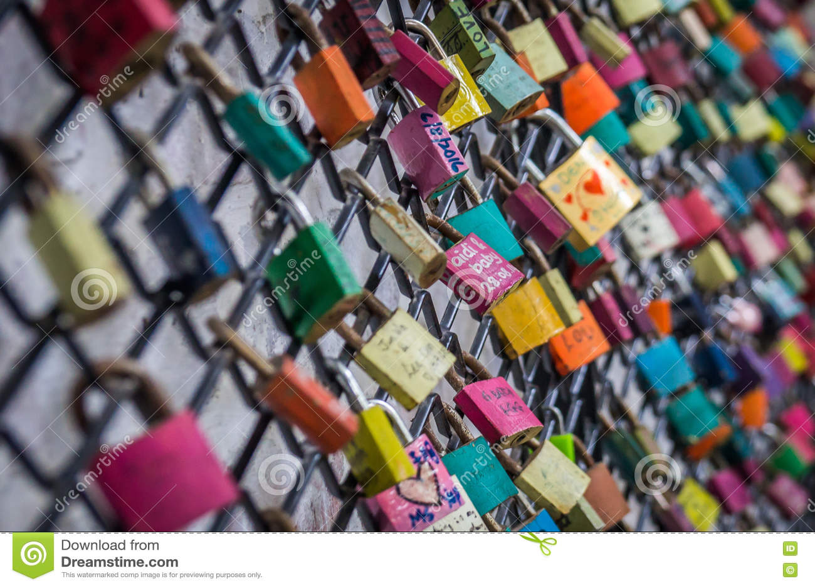 Vorhängeschlösser auf Zaun als Liebessymbol