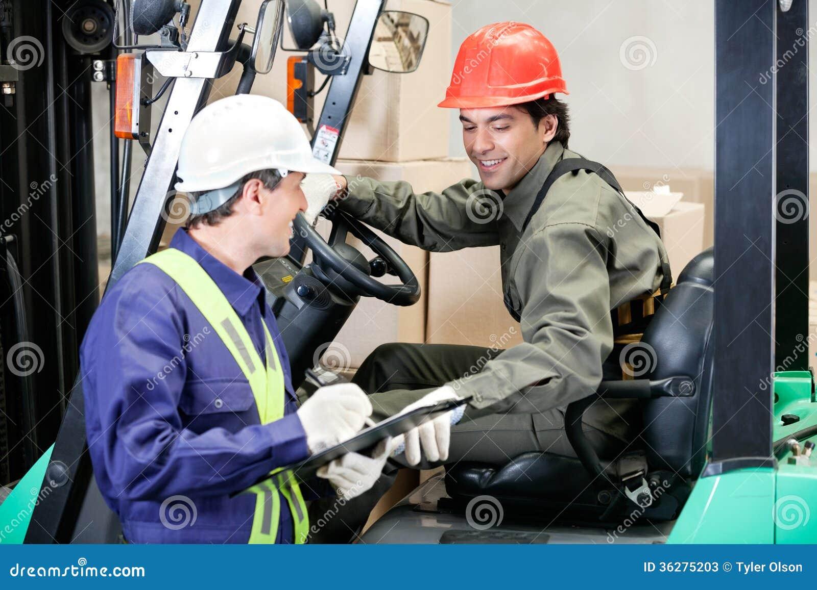 Vorkheftruckbestuurder Communicating With Supervisor