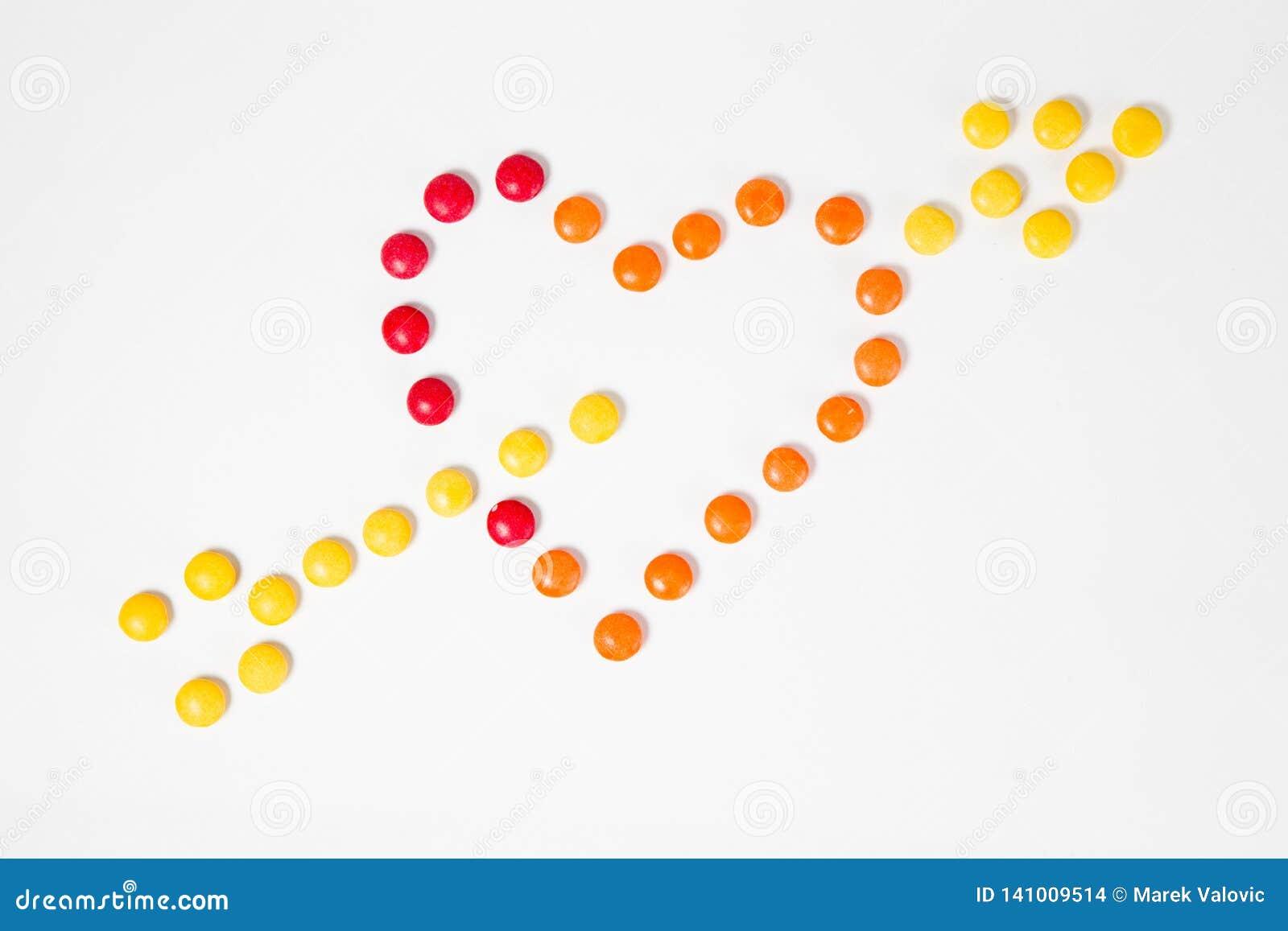 Vorm van hart met pijl - symbool wordt doordrongen van liefde - van kleurrijk zoet suikergoed wordt gemaakt dat