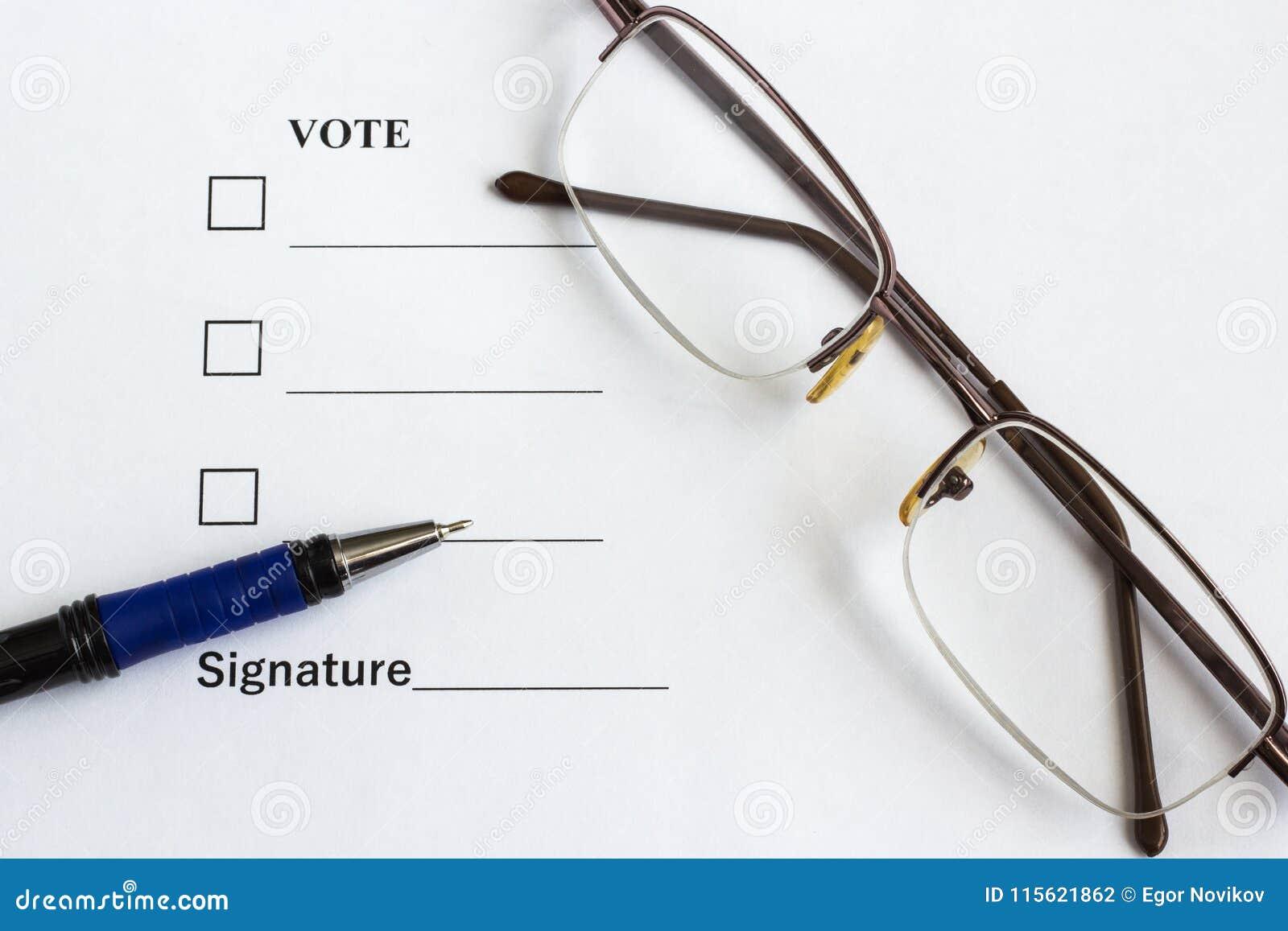 Vorm voor stemming en het ondertekenen dichtbij de pen, glazen