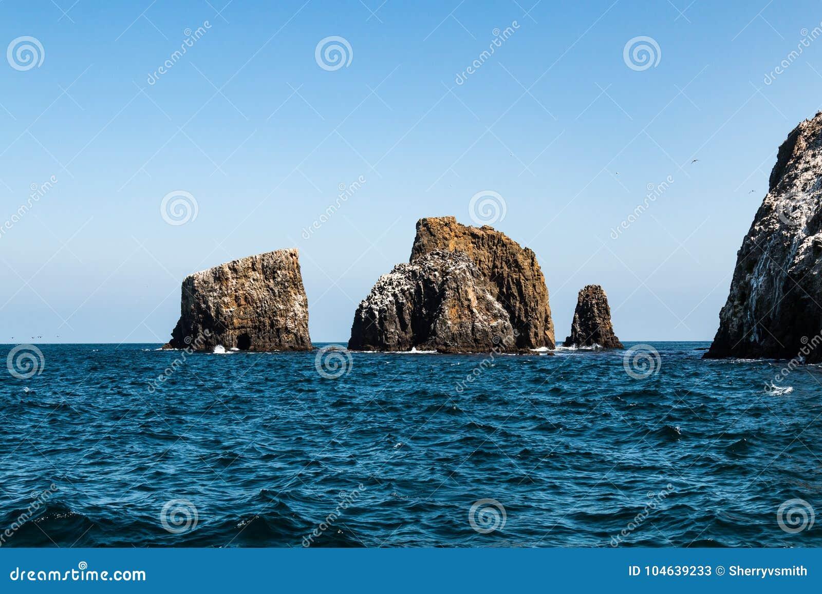 Download Vormingen Van Vulkanische Rots Bij Het Eiland Van Anacapa Van Het Oosten In Zuidelijk Californië Stock Afbeelding - Afbeelding bestaande uit kustlijn, eiland: 104639233