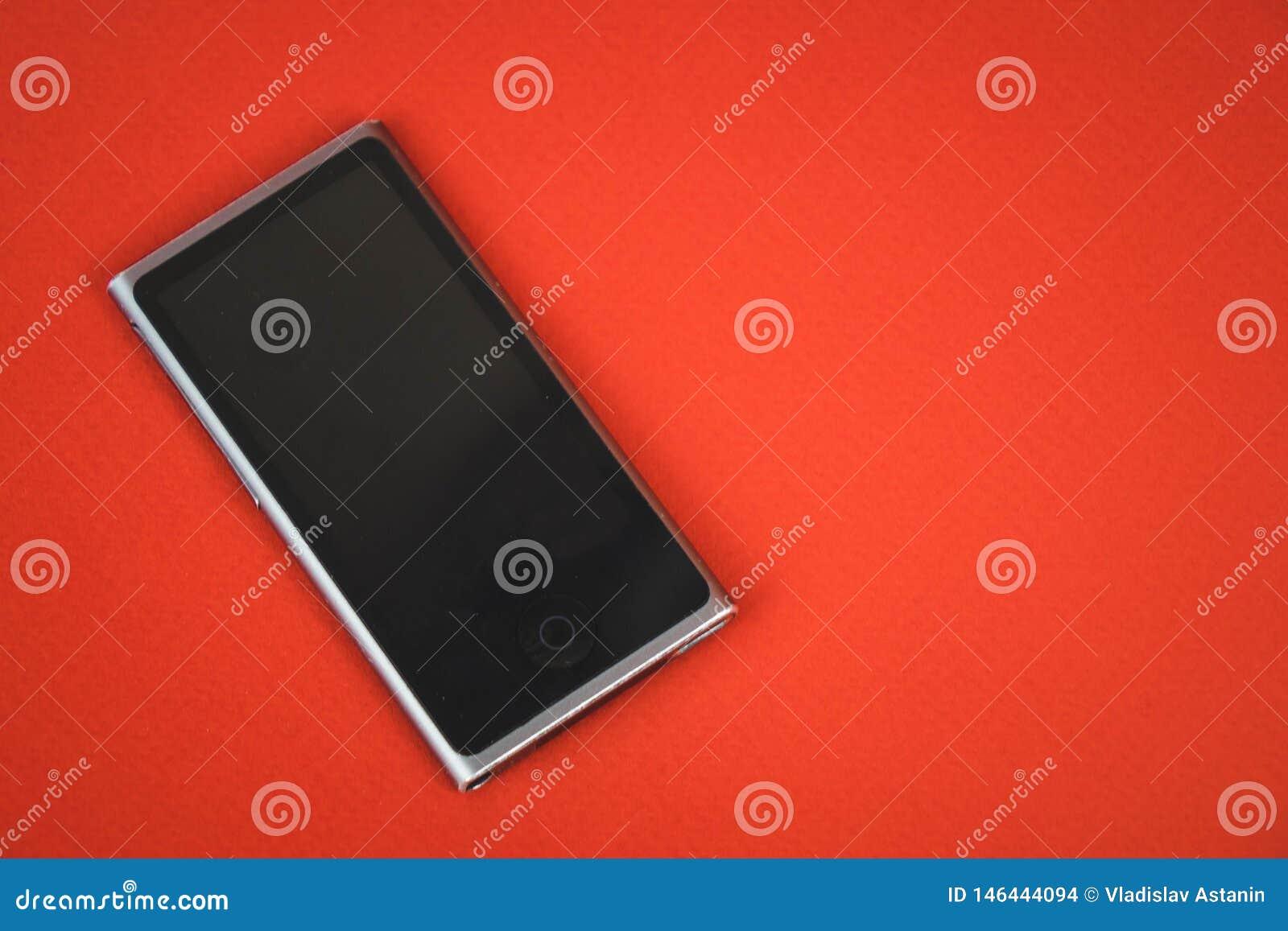 VORONE?, RUSSIA - 30 aprile 2019 nuovo audio giocatore di iPod Dalla parte anteriore il giorno dopo l acquisto Prodotto da Apple
