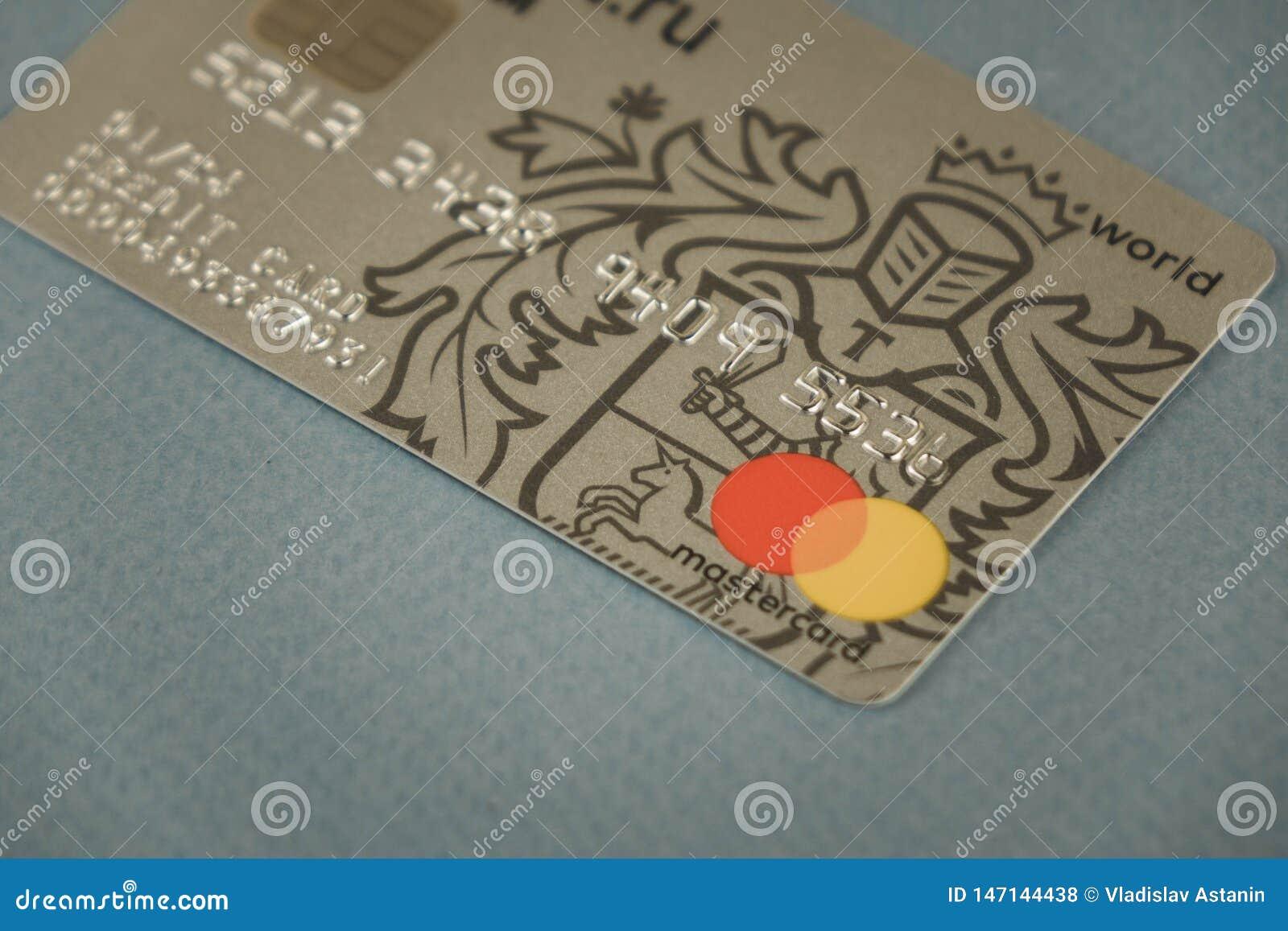 VORONEZH, ΡΩΣΙΑ - μπορέστε 09, το 2019: Τραπεζικές κάρτες MasterCard Tinkoff καρτών πληρωμής και Visa που βάζει στη μαύρη κινηματ