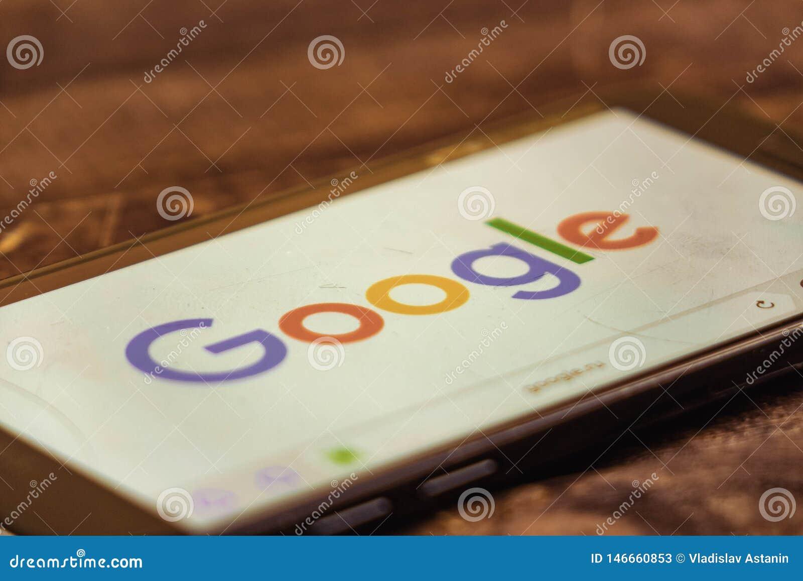 Voronezh Российская Федерация - могут 3, 2019: Логотип Google на экране смартфона Google американская технология и онлайновые слу