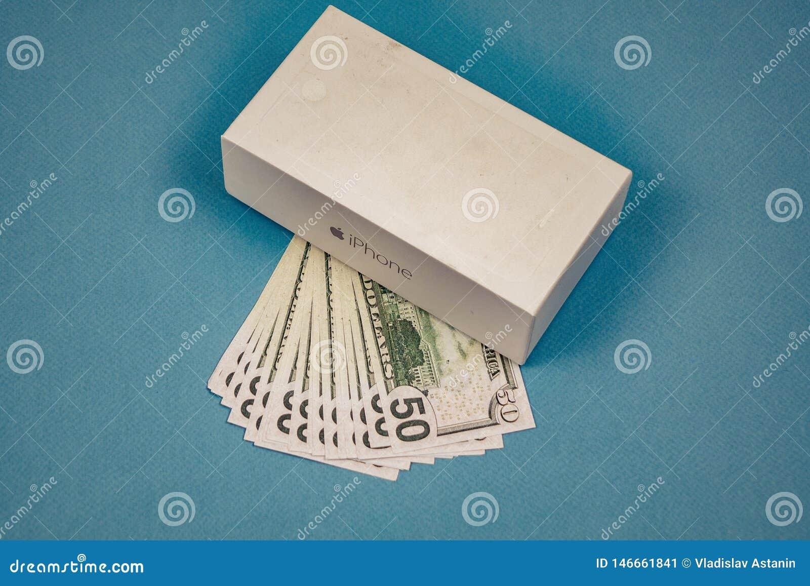 Voronezh Russie - peuvent 3, 2019 Illustration d Apple Inc logo et billets de cinquante dollars sur le fond bleu