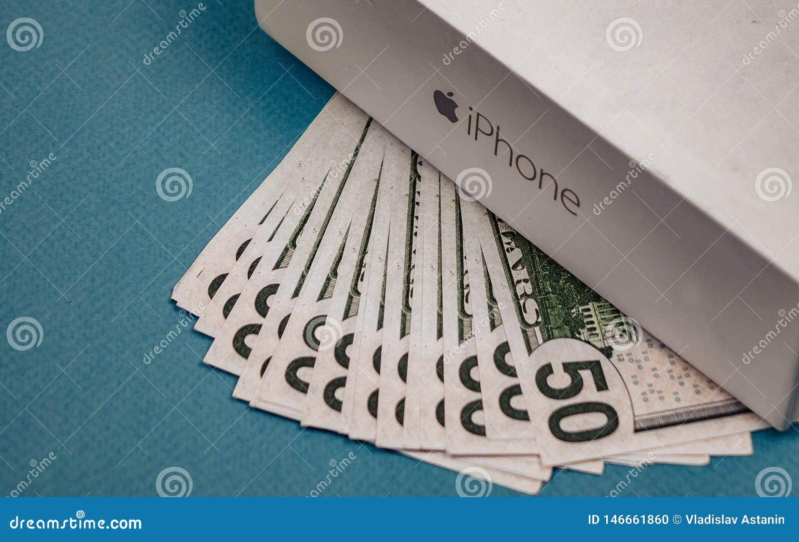 Voronezh Russland - k?nnen 3, 2019 Abbildung Appleinc Logo und f?nfzig Dollarscheine auf dem blauen Hintergrund
