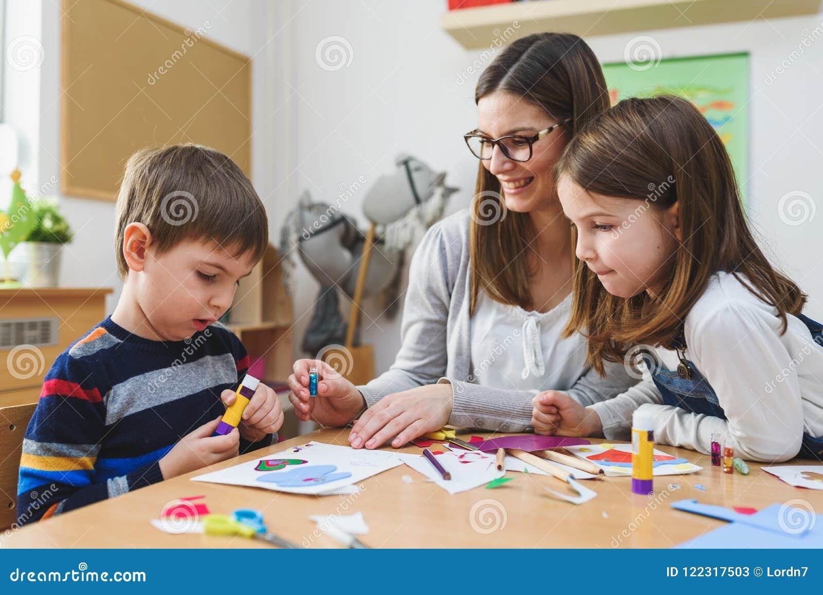 Vorschullehrer mit Kindern am Kindergarten - kreativer Art Class