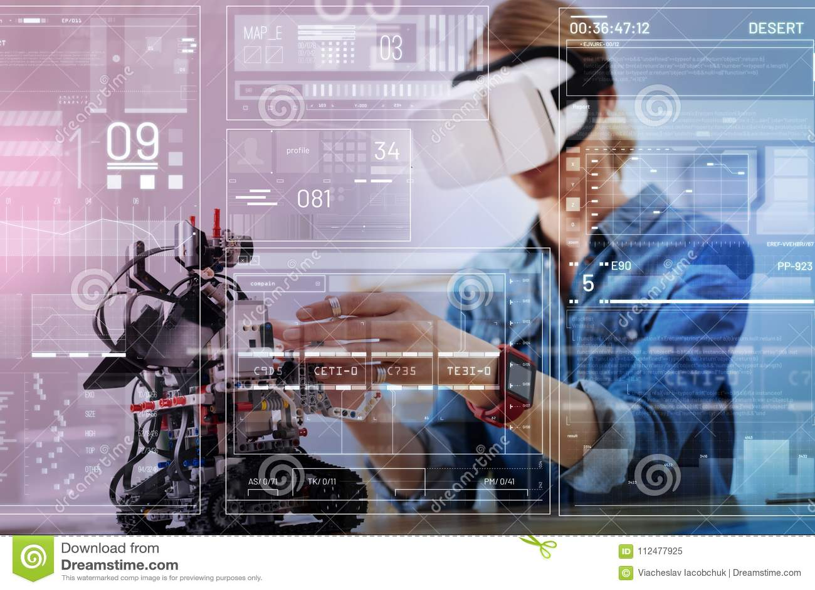 Vorsichtiger Ingenieur, der einen Roboter beim Sein in den Gläsern der virtuellen Realität berührt