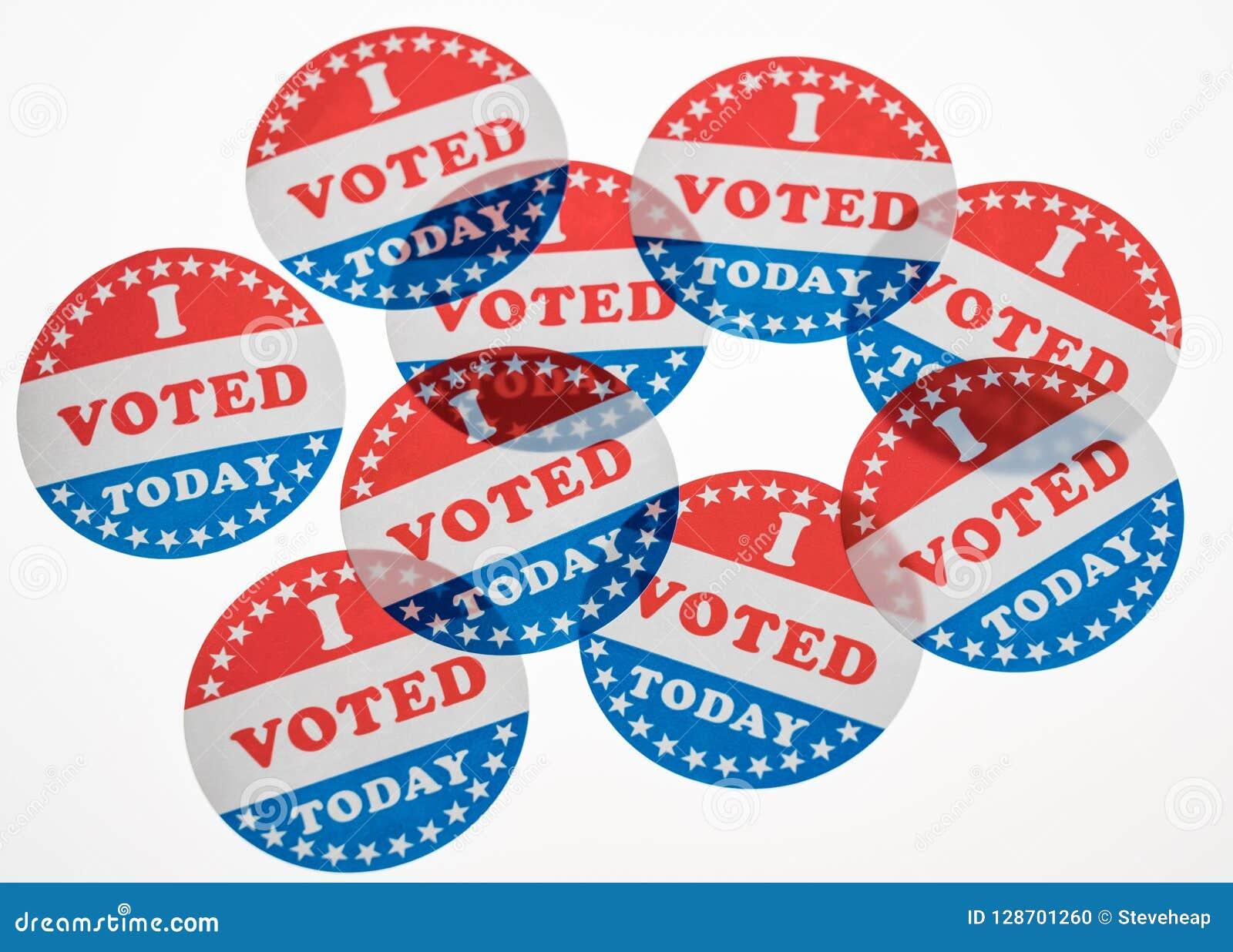 Voté hoy las etiquetas engomadas de papel en el fondo blanco
