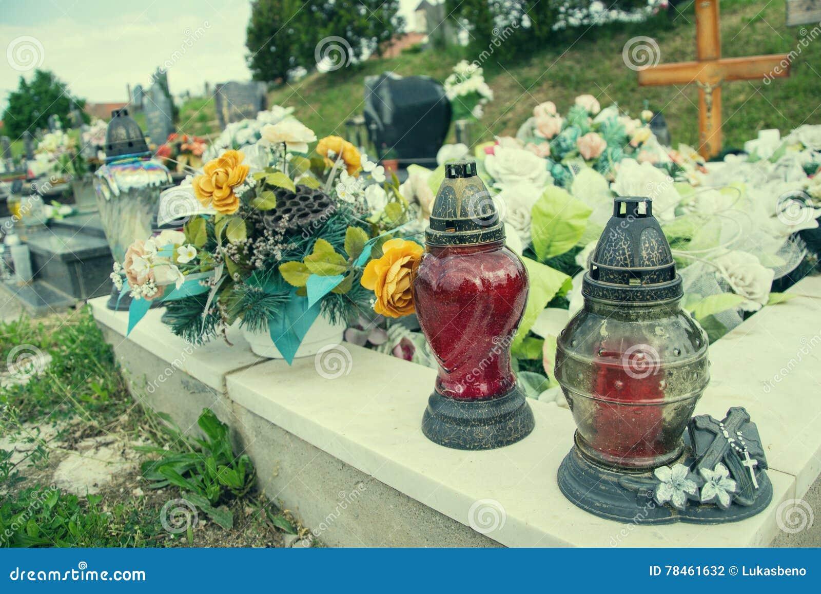 Votive φανάρι κεριών στον τάφο στο σλοβάκικο νεκροταφείο Όλο το Saints& x27  Ημέρα Σοβαρότητα όλων των Αγίων όλη η παραμονή hallo