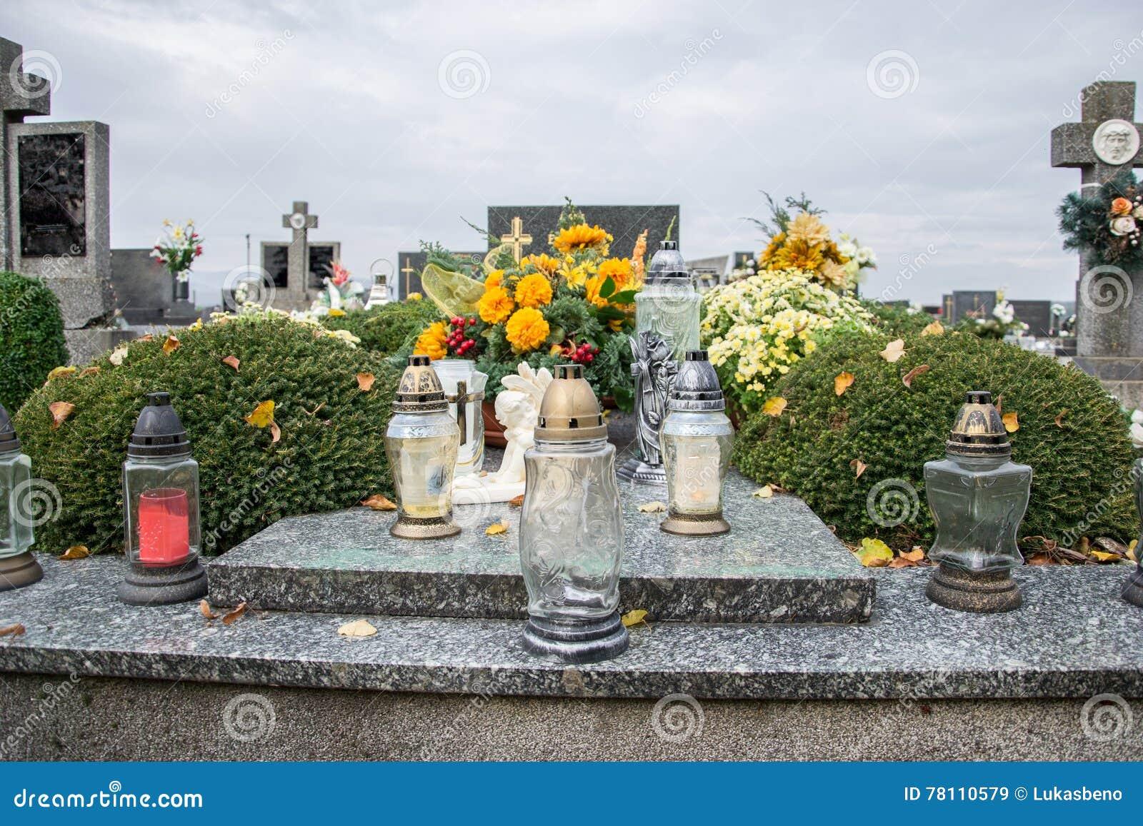 Votive stearinljus lykta på graven i slovakisk kyrkogård All Saints& x27; Dag Helgon för högtidlighet allra all helgdagsafton hal