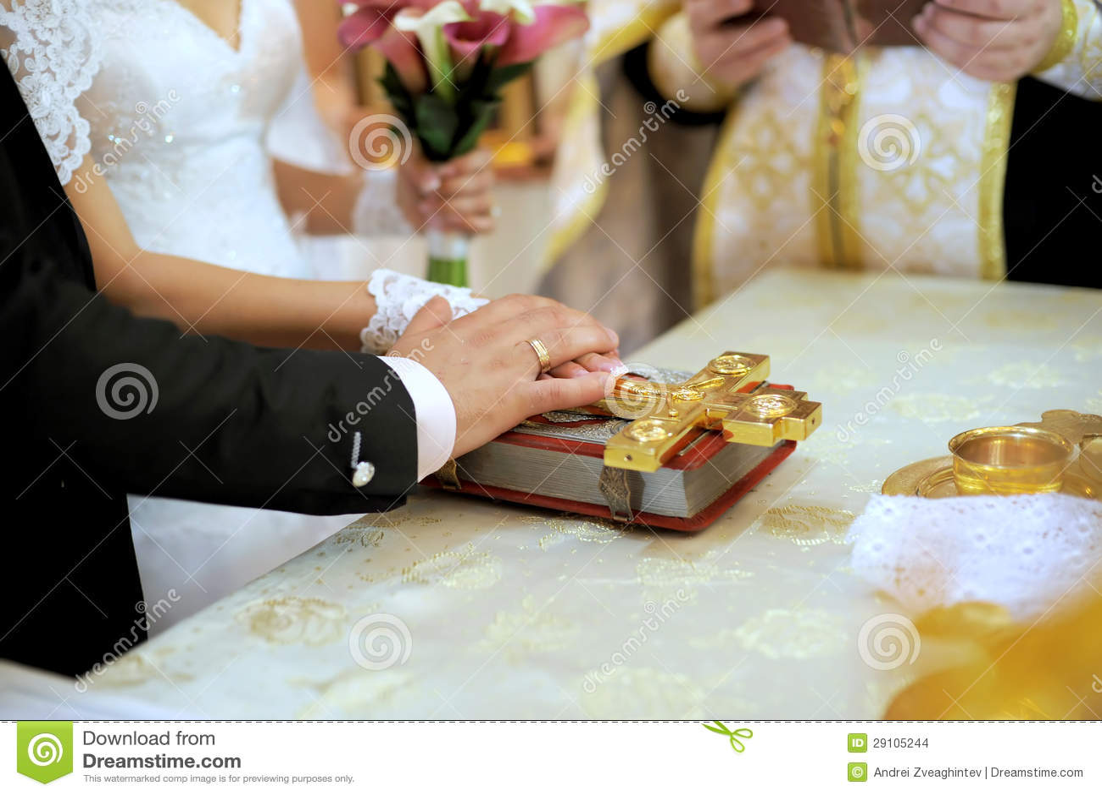 Voto de boda con la biblia foto de archivo. Imagen de prepare - 29105244