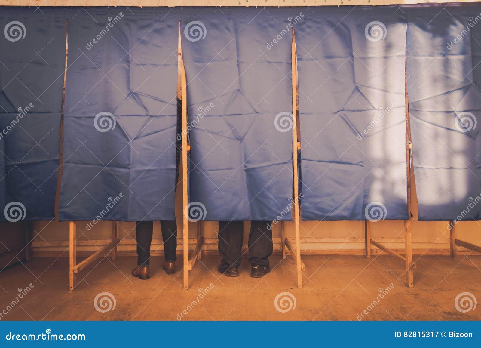 Voto della gente nella cabina di voto immagine stock for Planimetrie della cabina di log